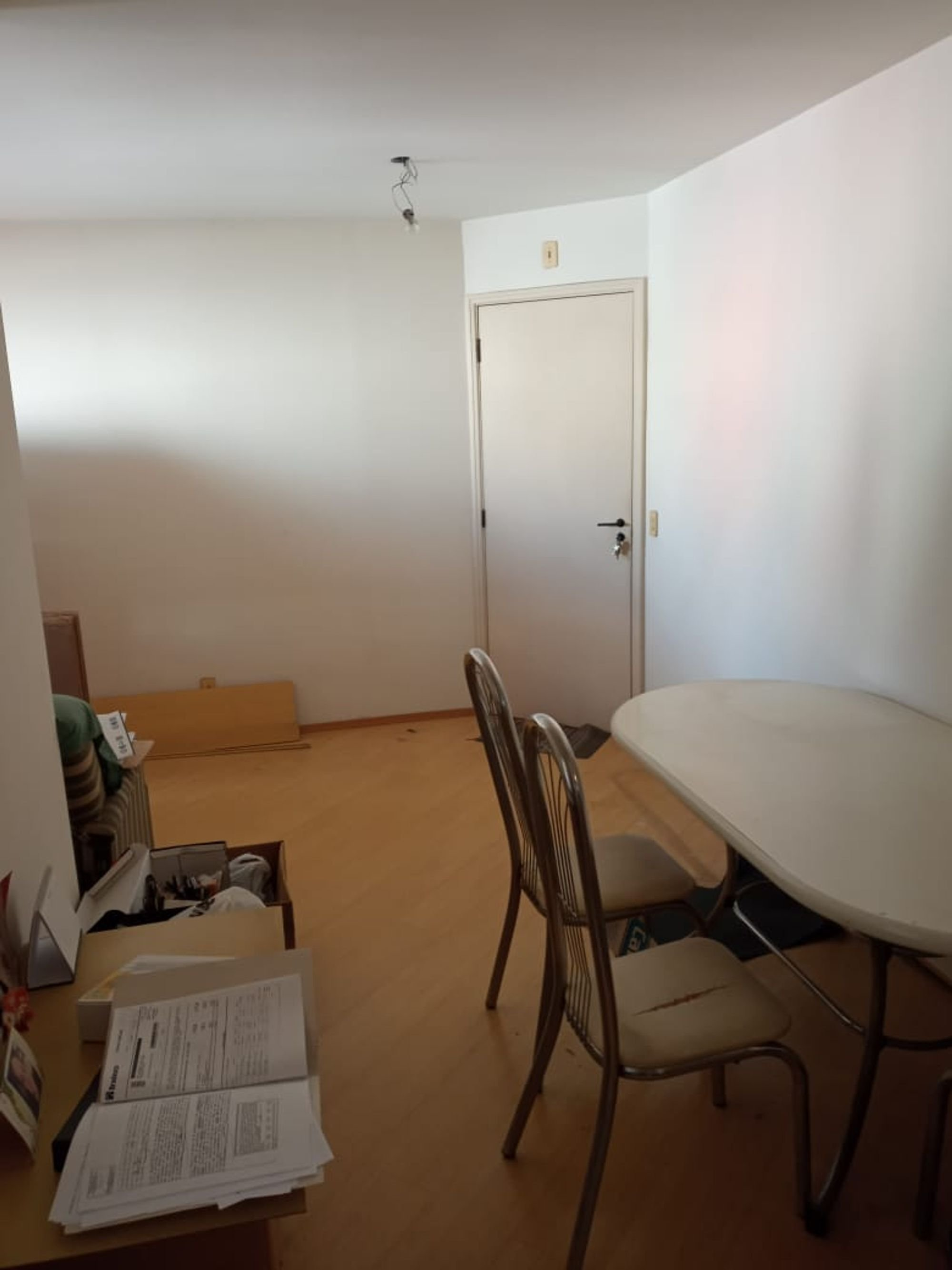 Foto de Quarto com cadeira, mesa de jantar