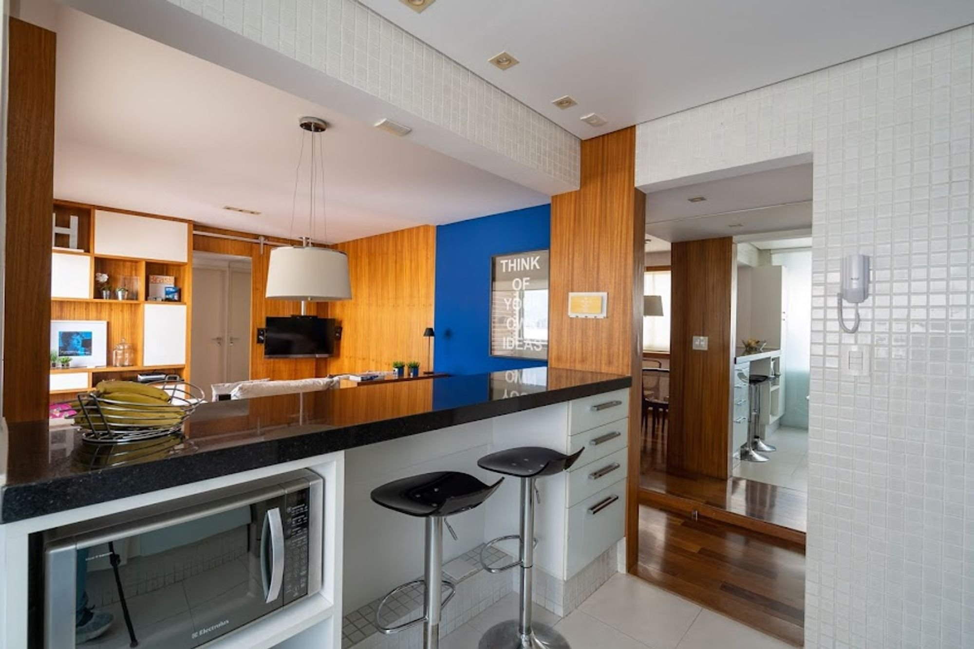 Foto de Cozinha com televisão, cadeira, microondas