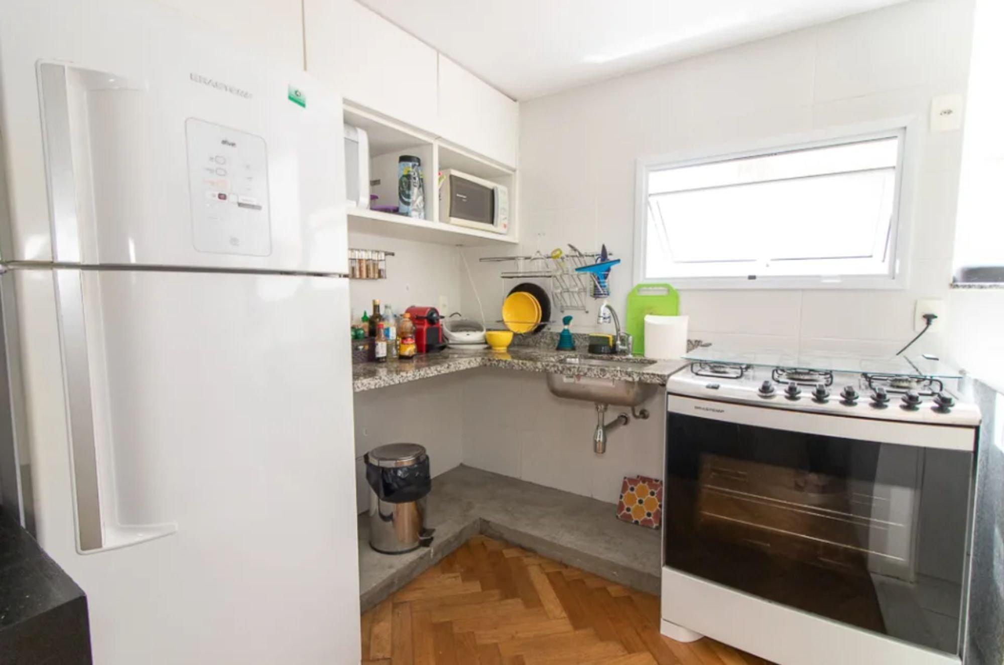 Foto de Cozinha com garrafa, forno, tigela, geladeira