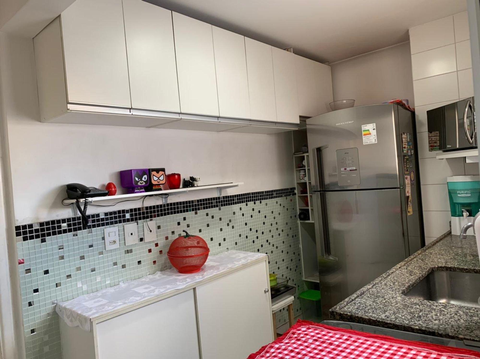 Foto de Cozinha com geladeira, pia, microondas, xícara