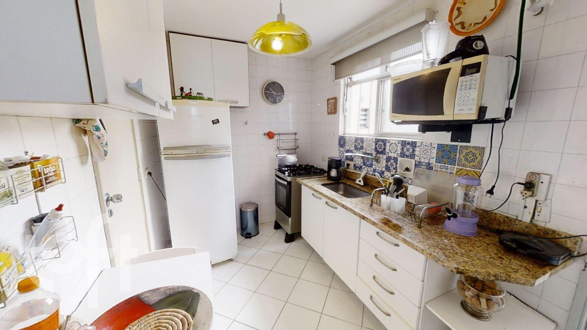 Foto de Cozinha com garrafa, relógio, forno, geladeira, pia, microondas