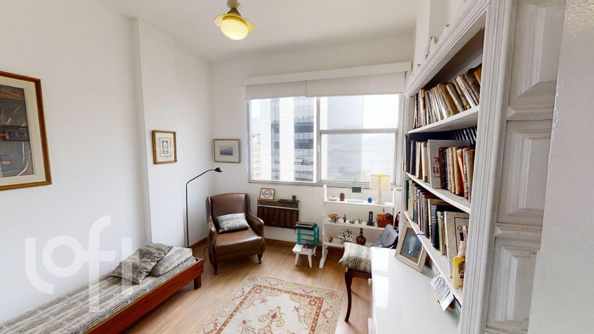 Foto de Sala com cama, cadeira, livro