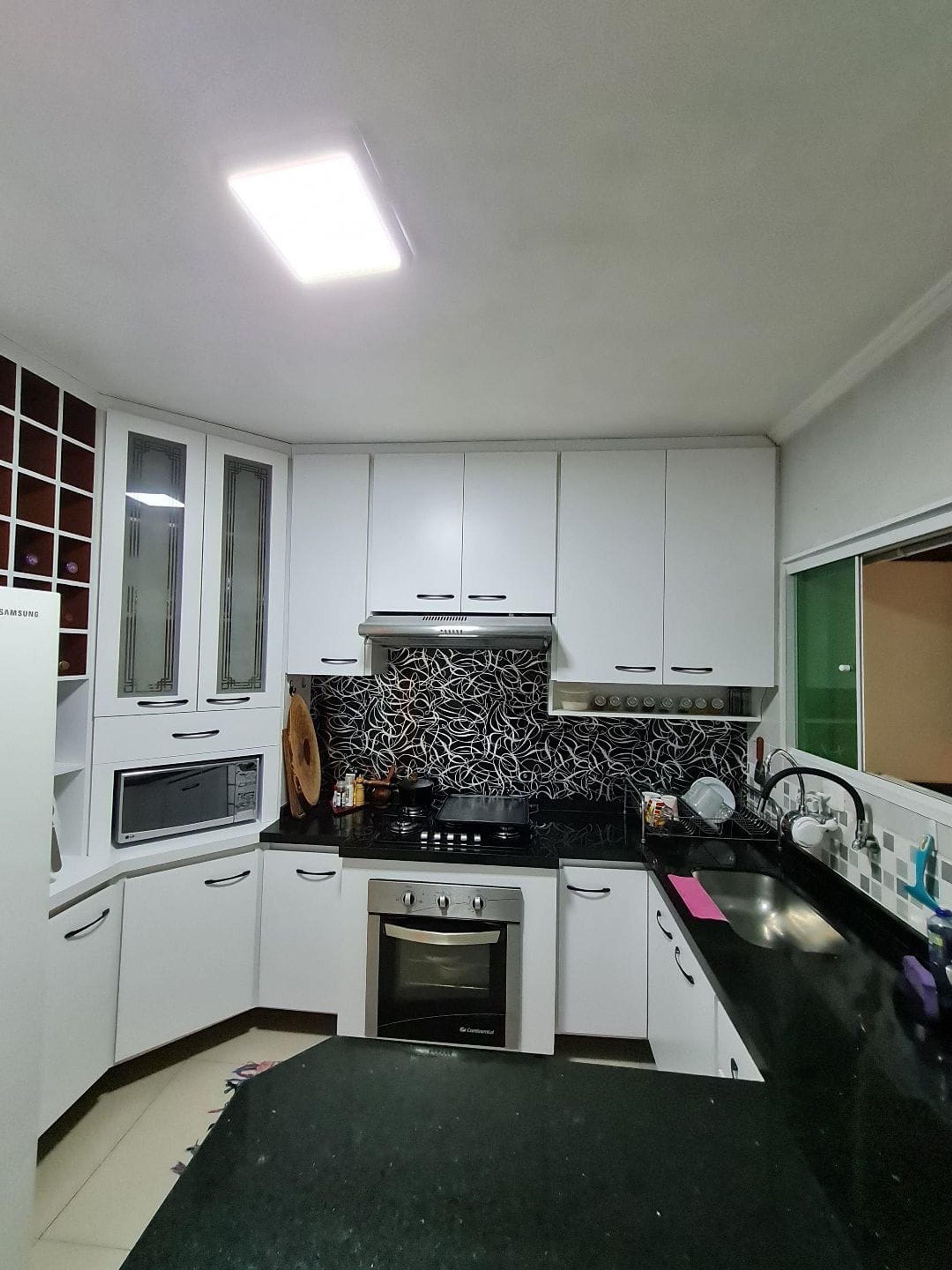 Foto de Cozinha com forno, pia, microondas