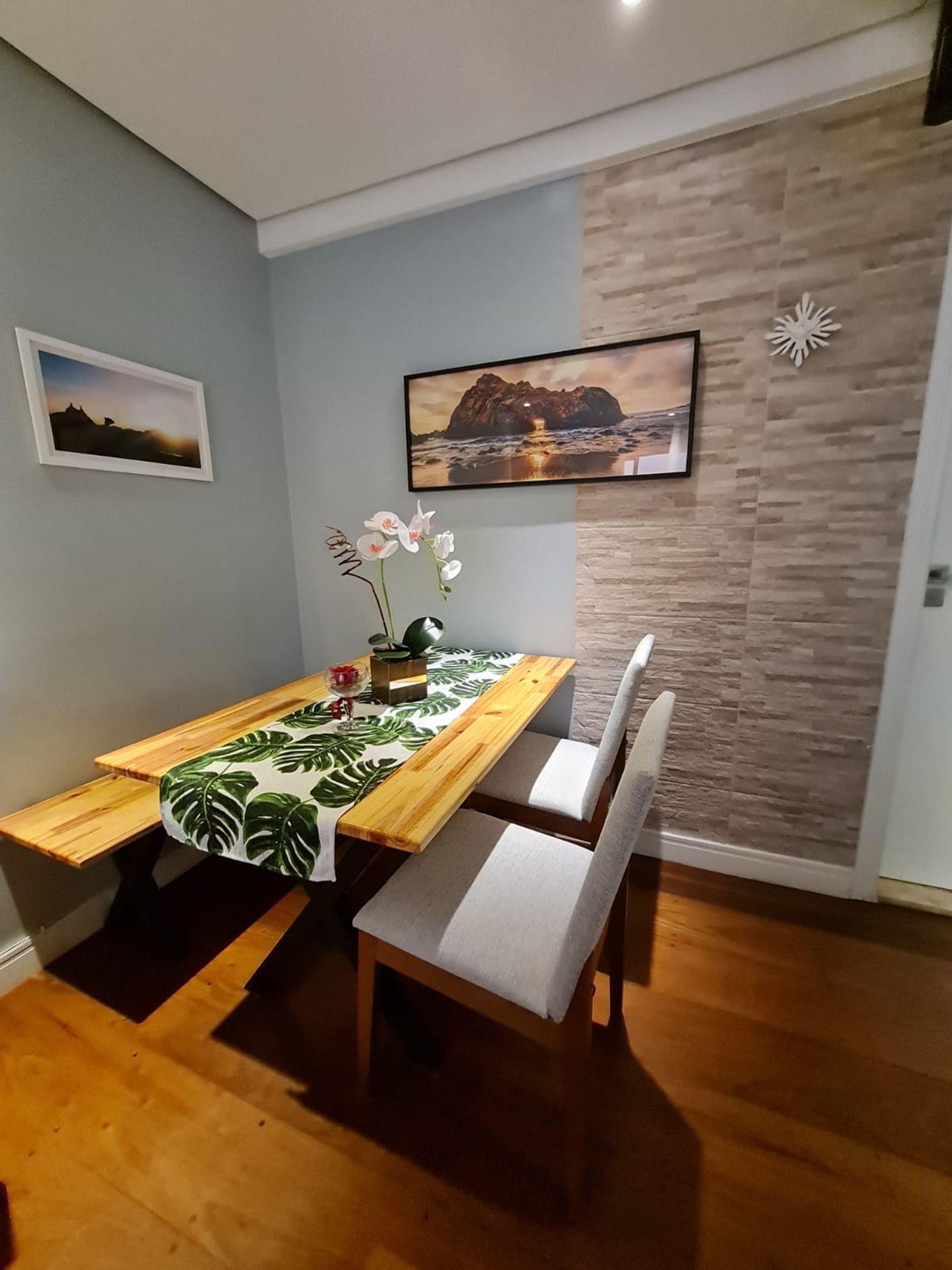Foto de Sala com vaso de planta, televisão, vaso, cadeira, mesa de jantar
