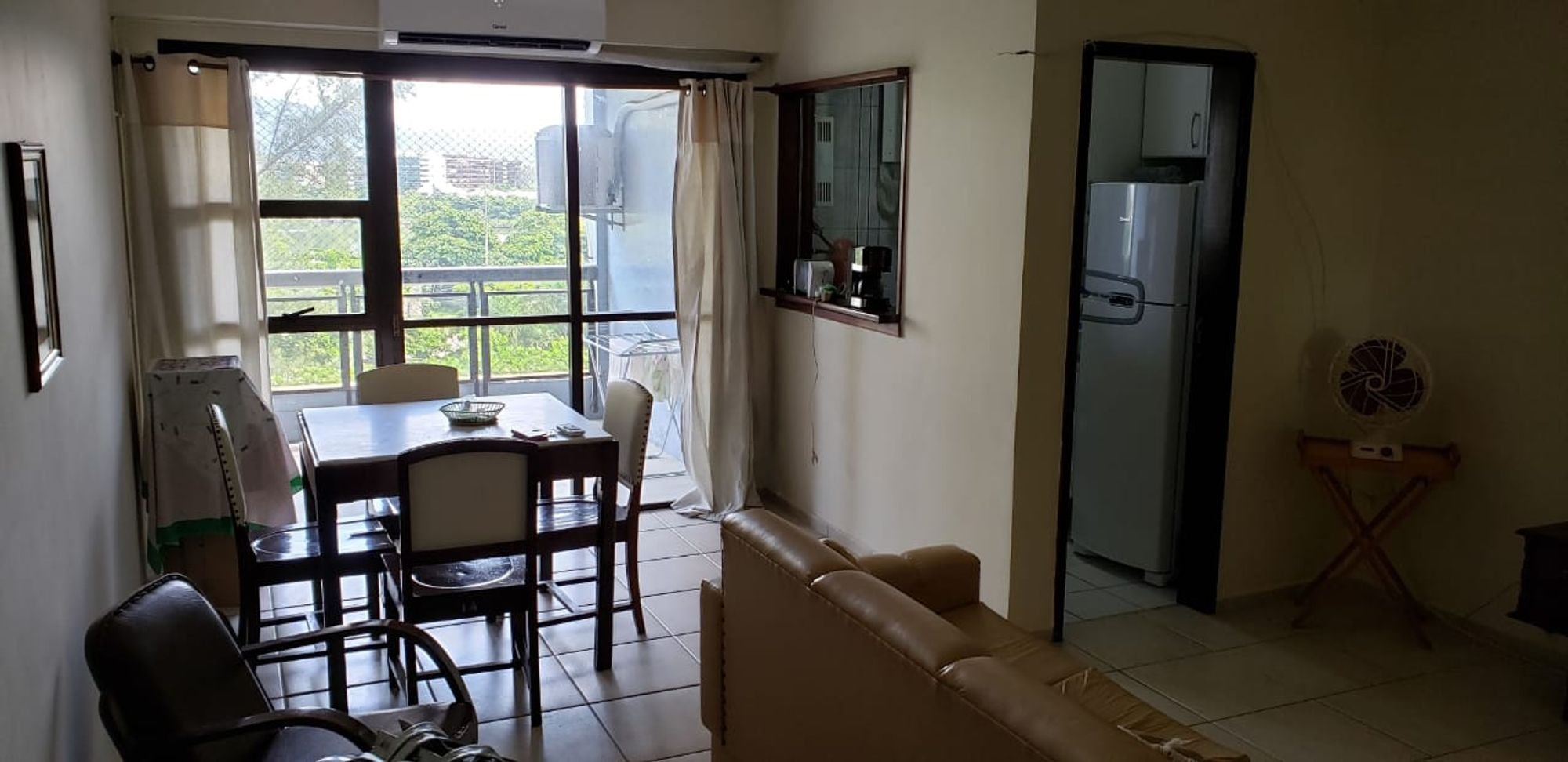 Foto de Sala com geladeira, cadeira, mesa de jantar