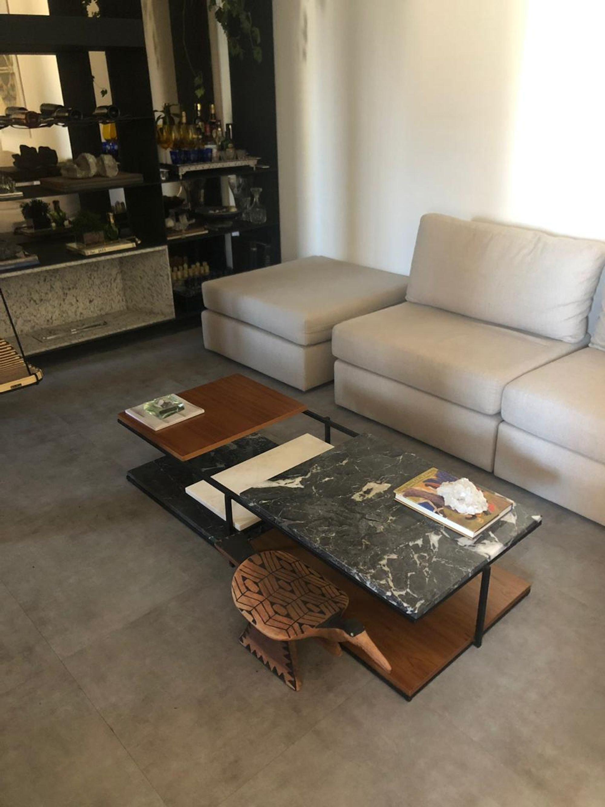 Foto de Sala com sofá, livro