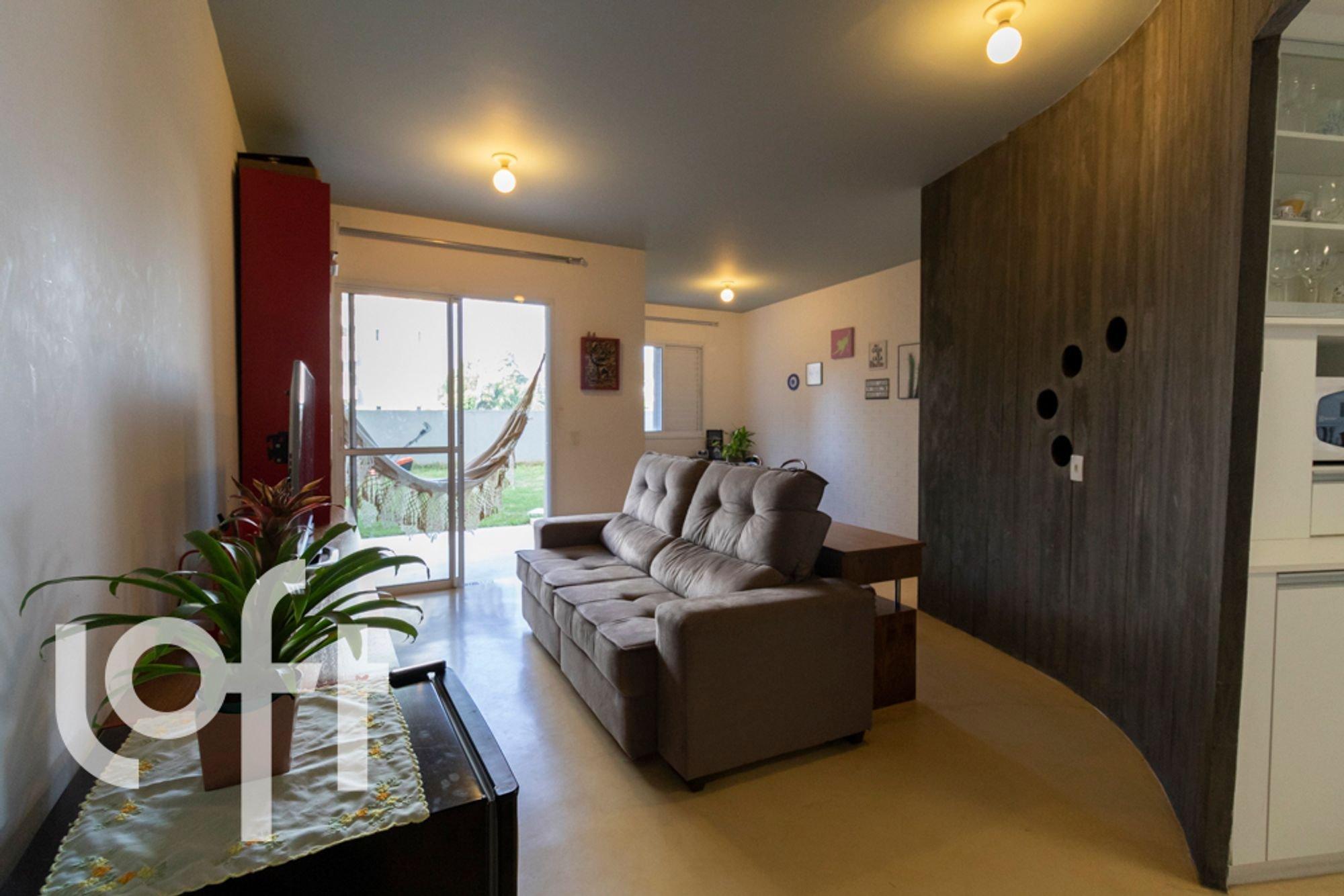 Foto de Sala com vaso de planta, copo de vinho, sofá, xícara