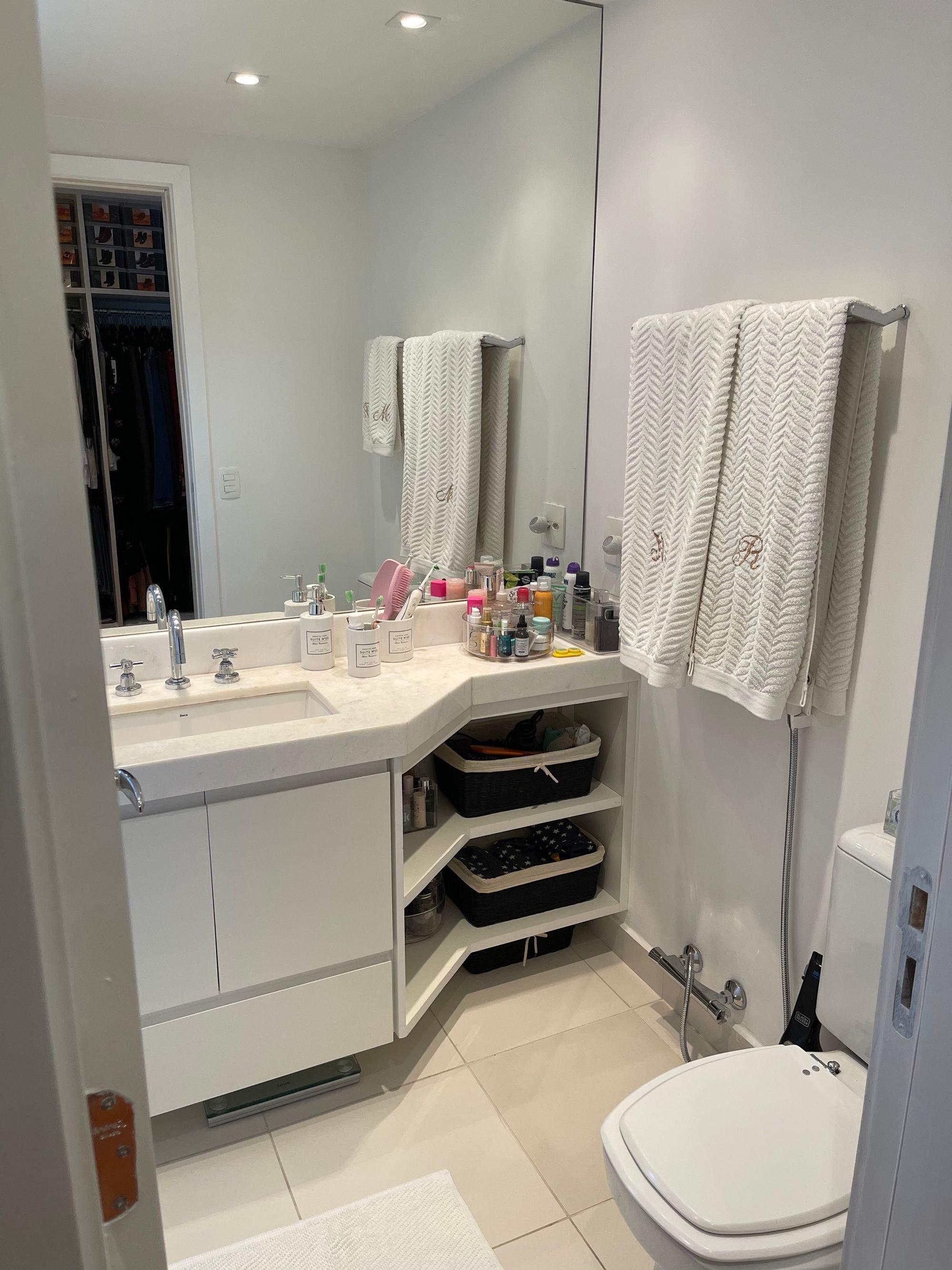 Foto de Banheiro com escova de dente, vaso sanitário, garrafa