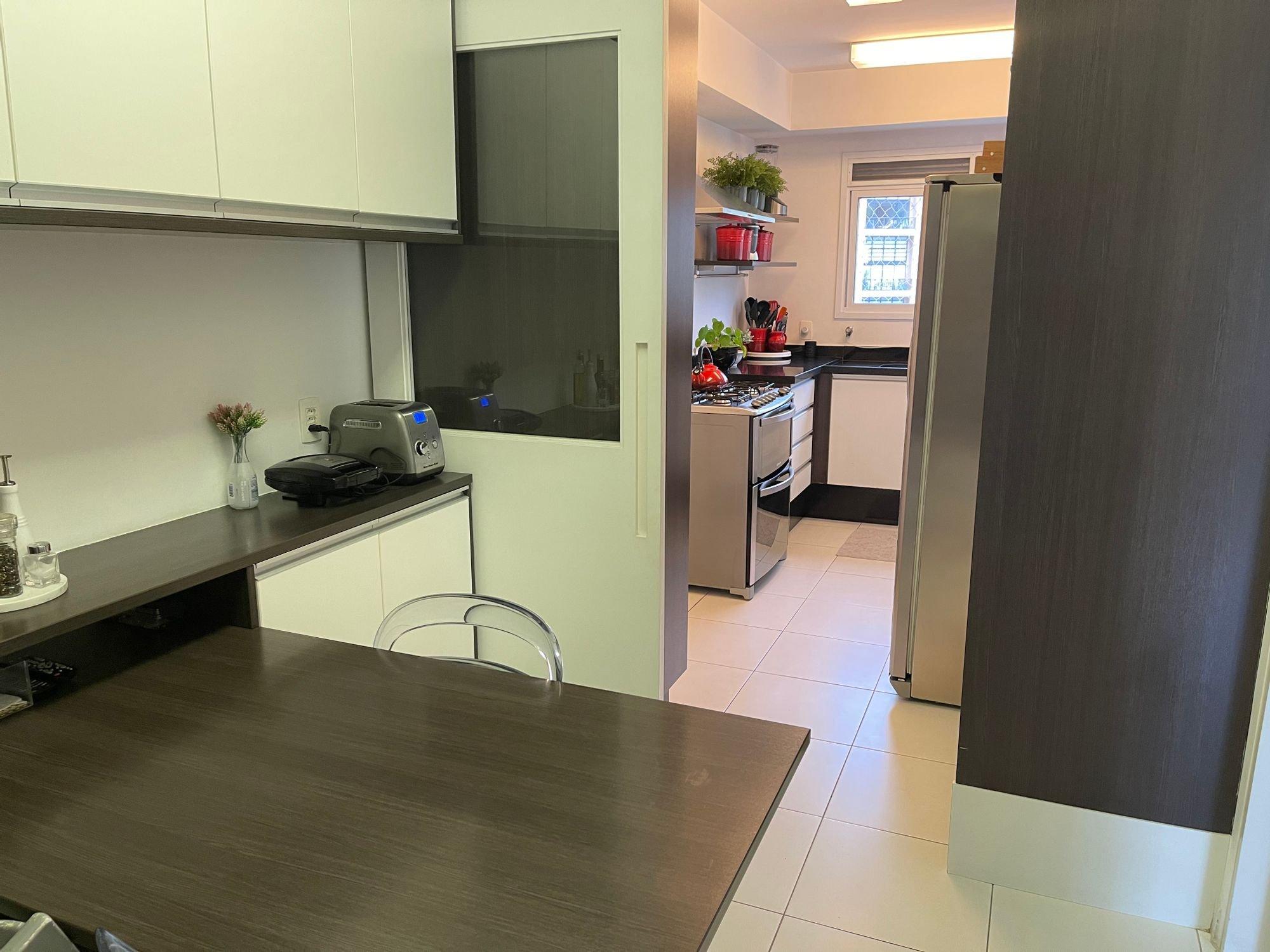 Foto de Cozinha com vaso de planta, forno, cadeira, mesa de jantar, vaso, garrafa, geladeira