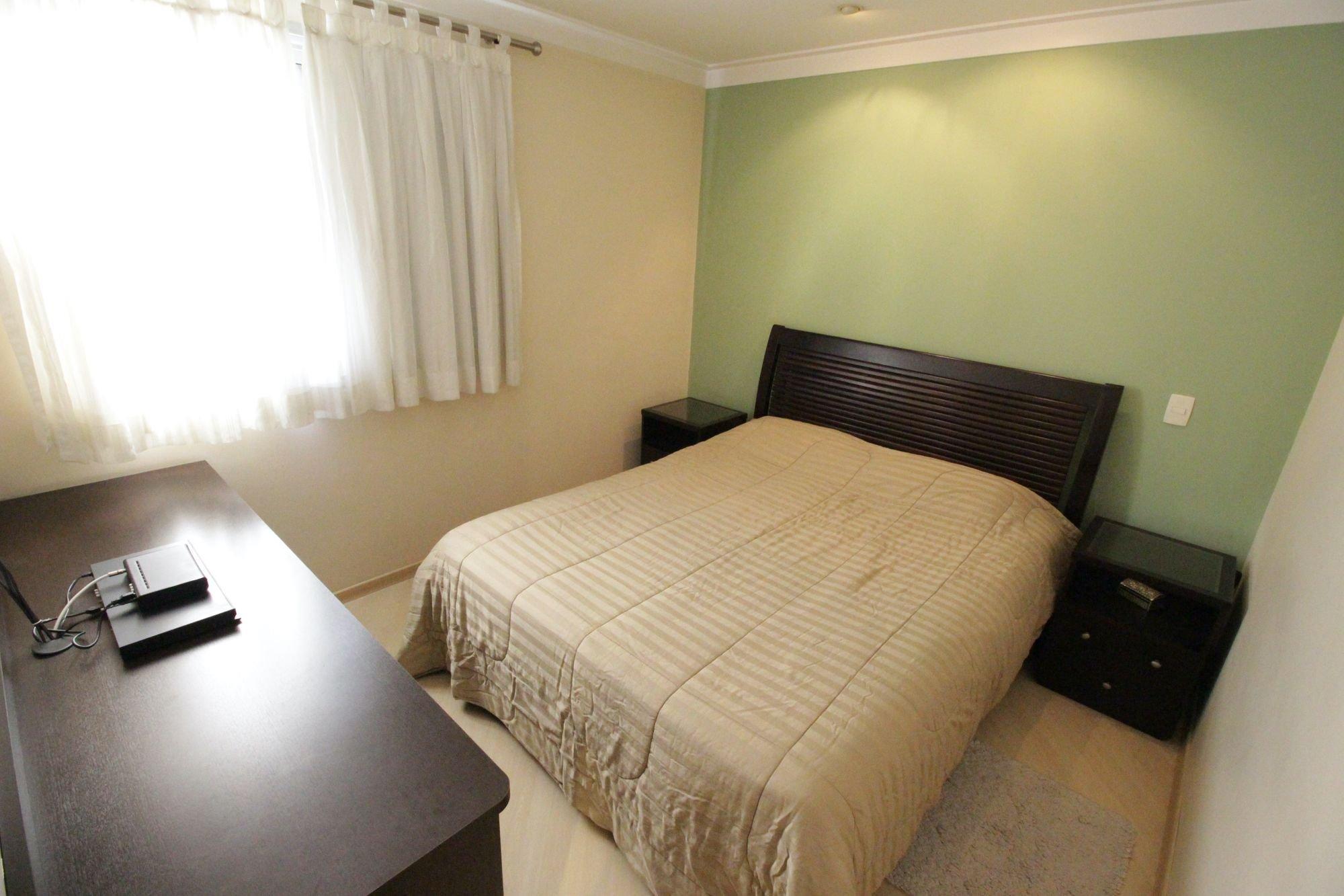 Foto de Quarto com cama, mesa de jantar