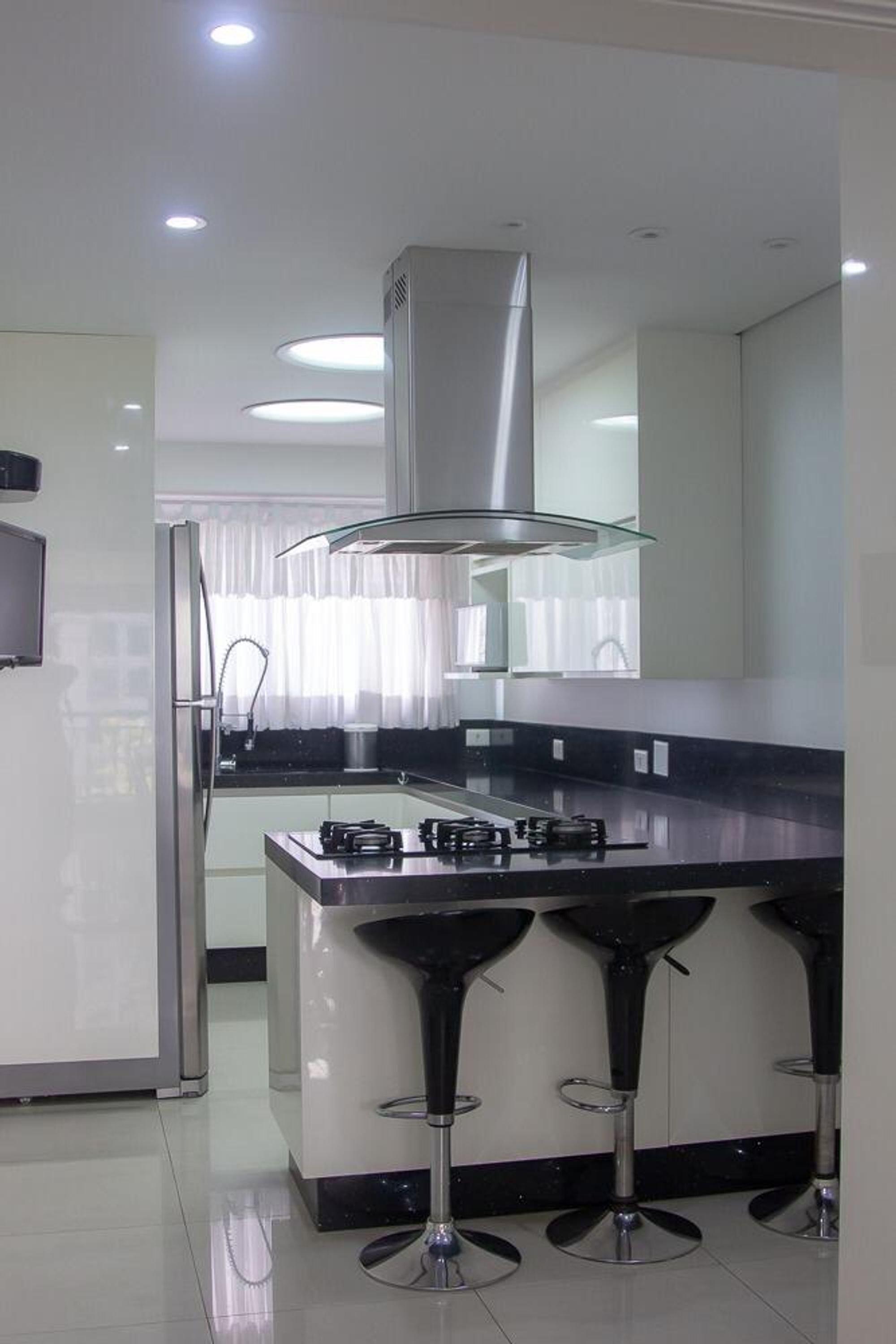 Foto de Cozinha com geladeira, cadeira