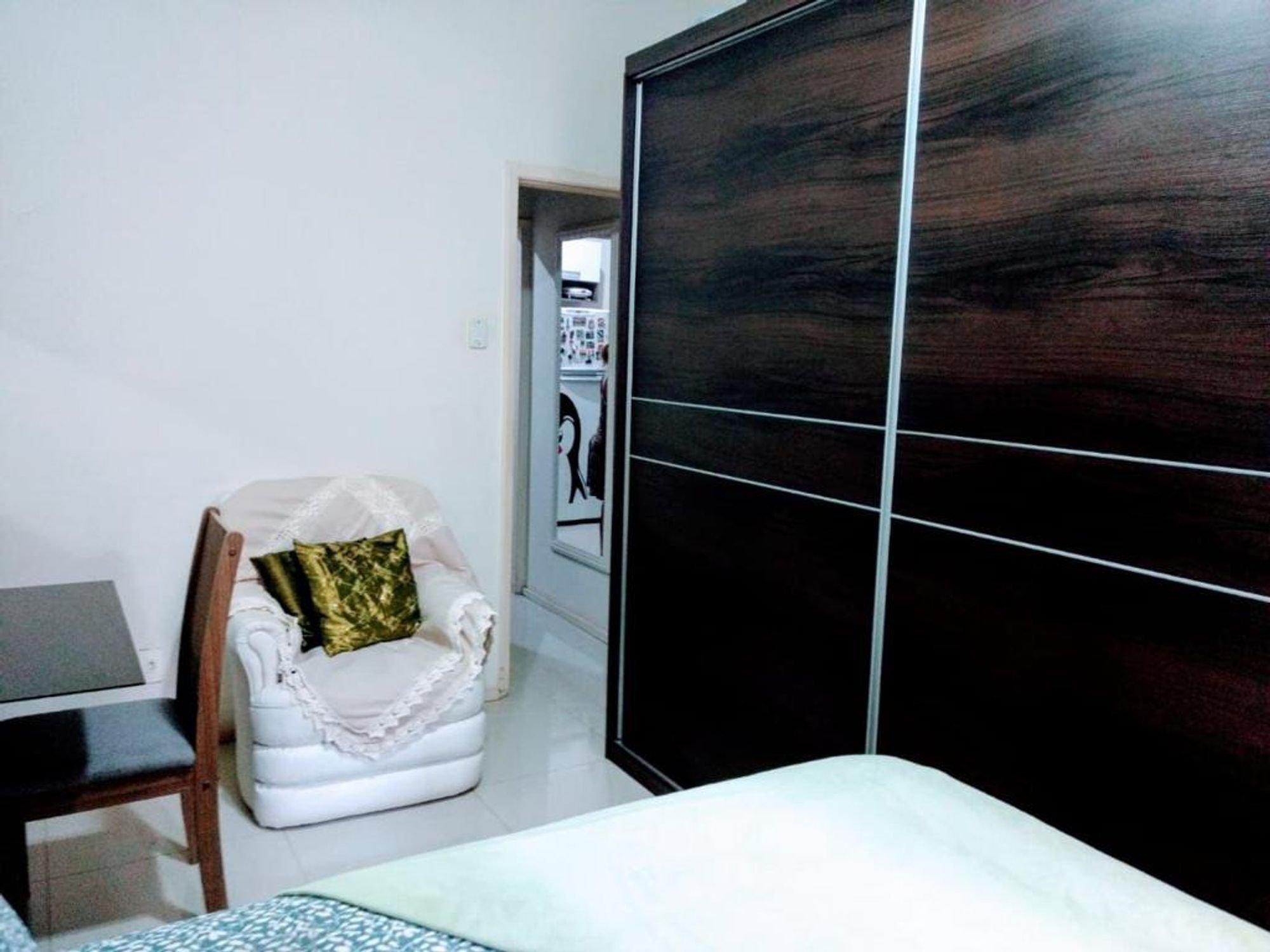 Foto de Varanda com cama, cadeira