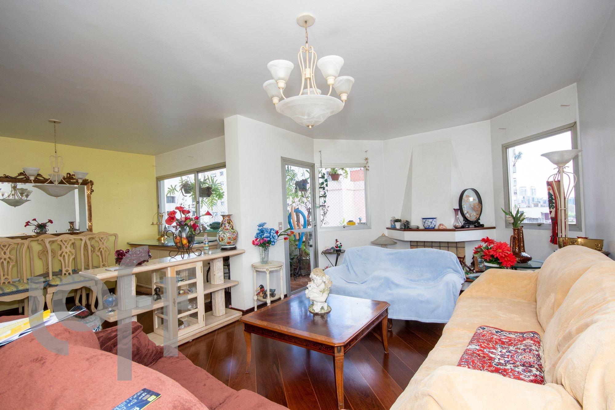 Foto de Sala com sofá, vaso, relógio, mesa de jantar