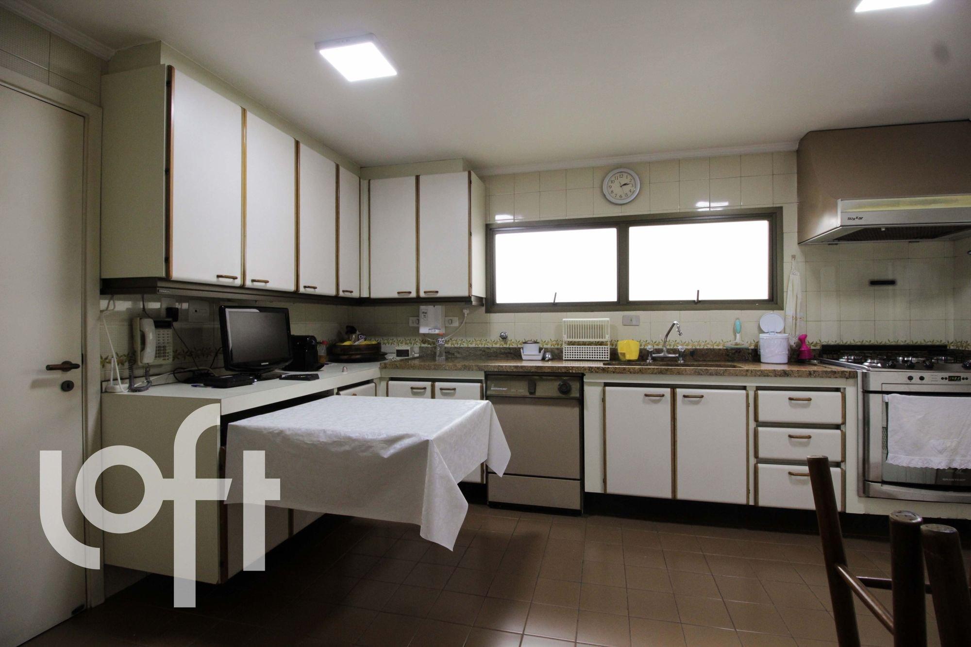Foto de Cozinha com televisão, relógio, forno, cadeira