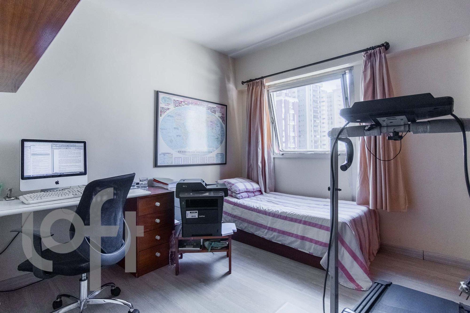 Foto de Quarto com cama, teclado, televisão, cadeira