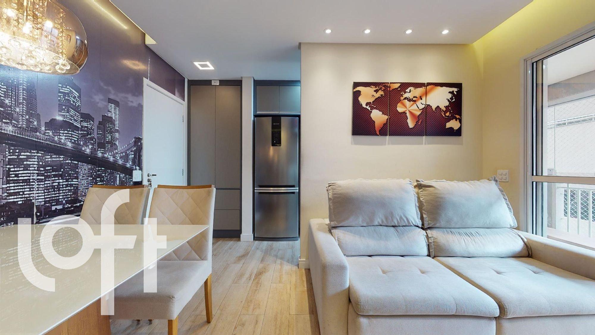 Foto de Sala com sofá, geladeira