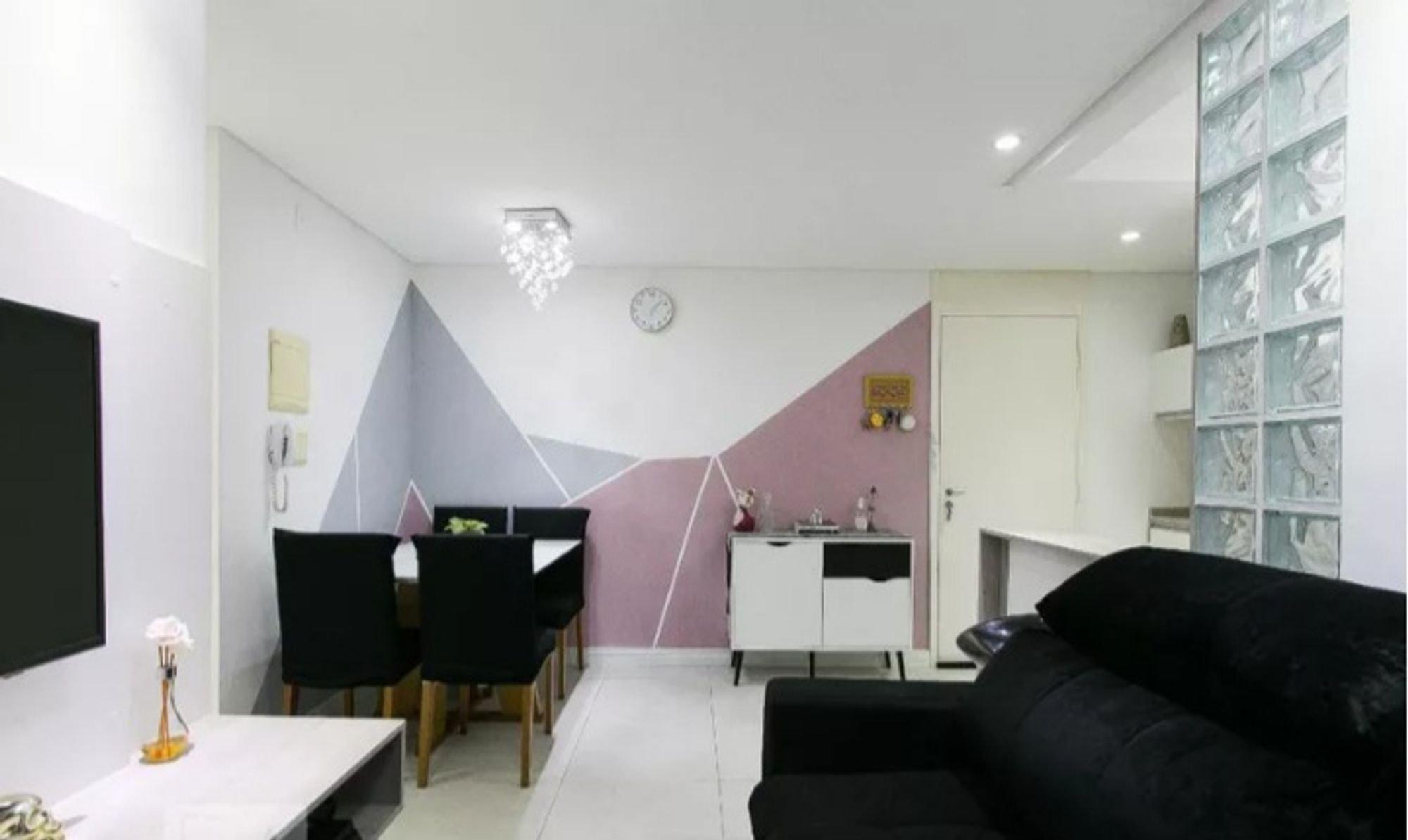 Foto de Sala com sofá, televisão, relógio, cadeira