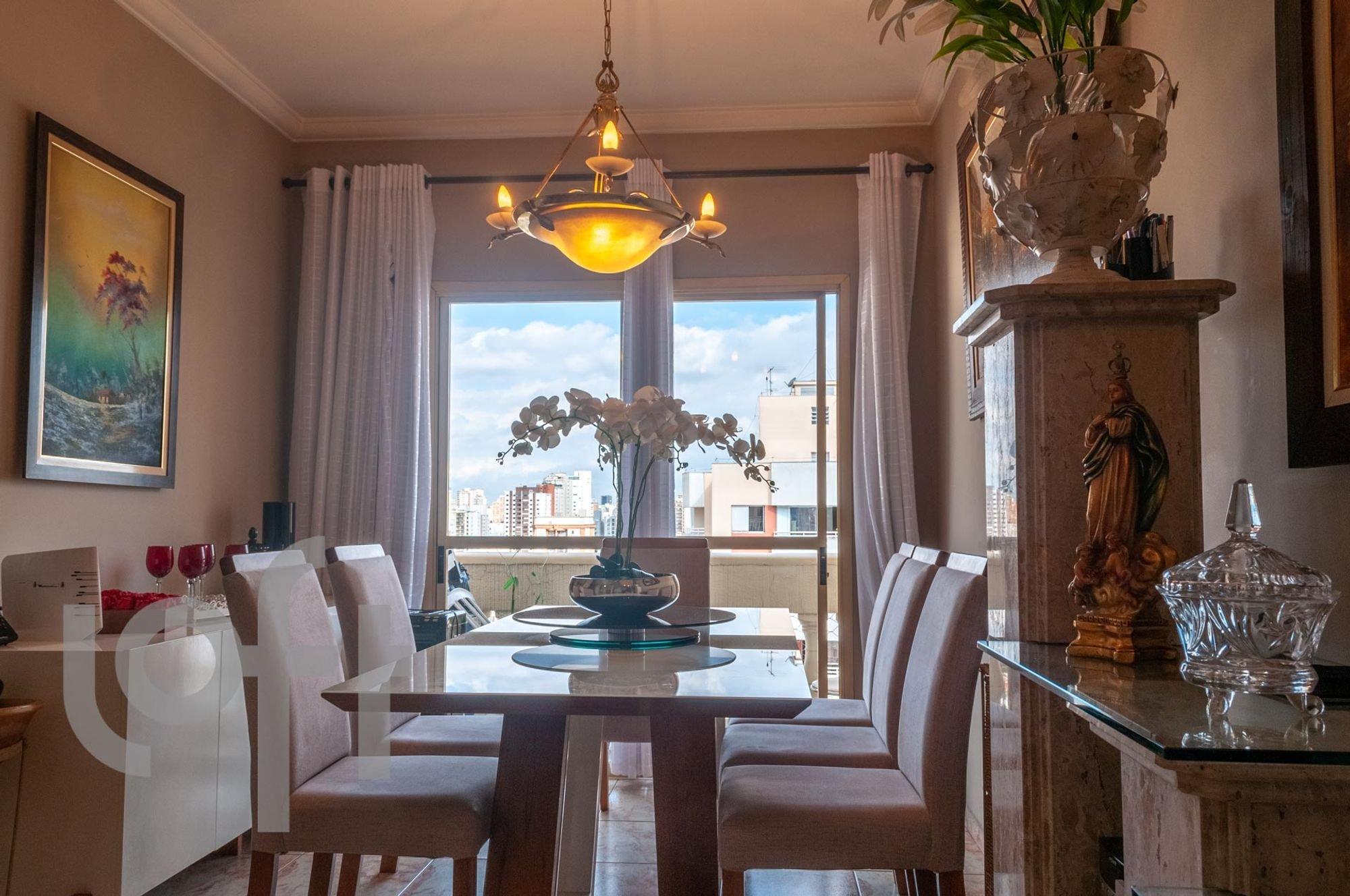 Foto de Hall com vaso de planta, vaso, cadeira, mesa de jantar