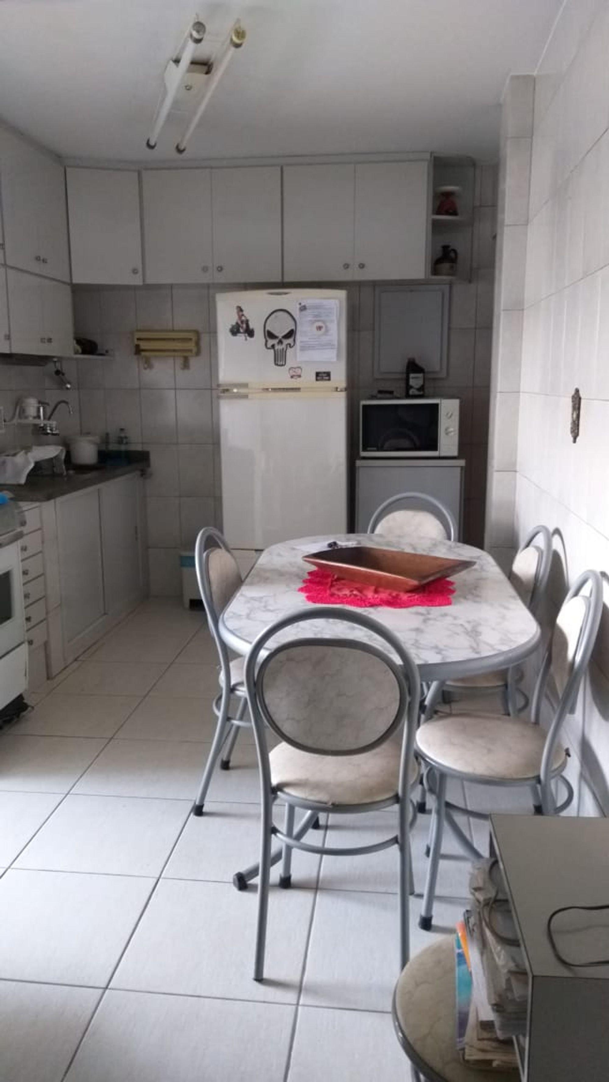 Foto de Cozinha com forno, geladeira, cadeira, microondas, mesa de jantar