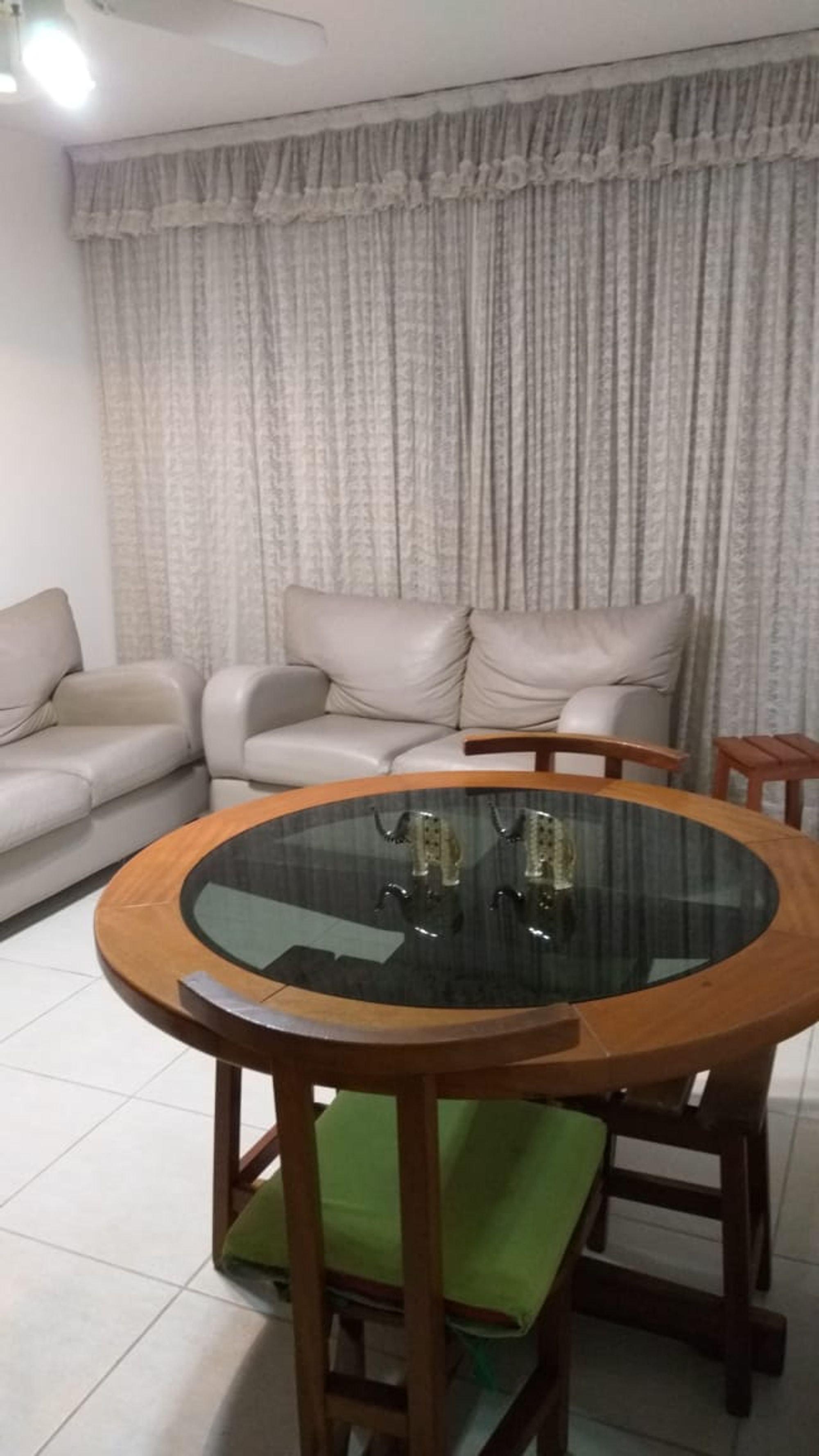 Foto de Sala com sofá, mesa de jantar