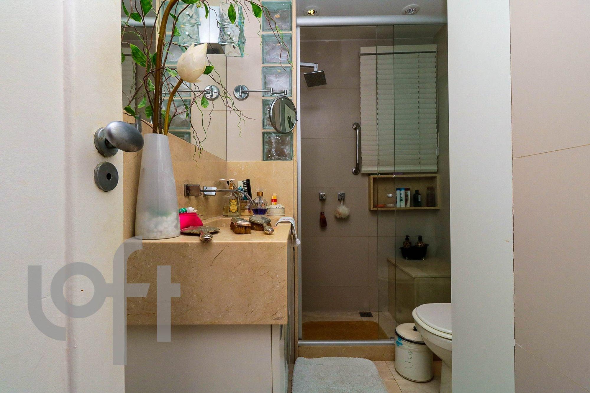 Foto de Banheiro com escova de dente, garrafa