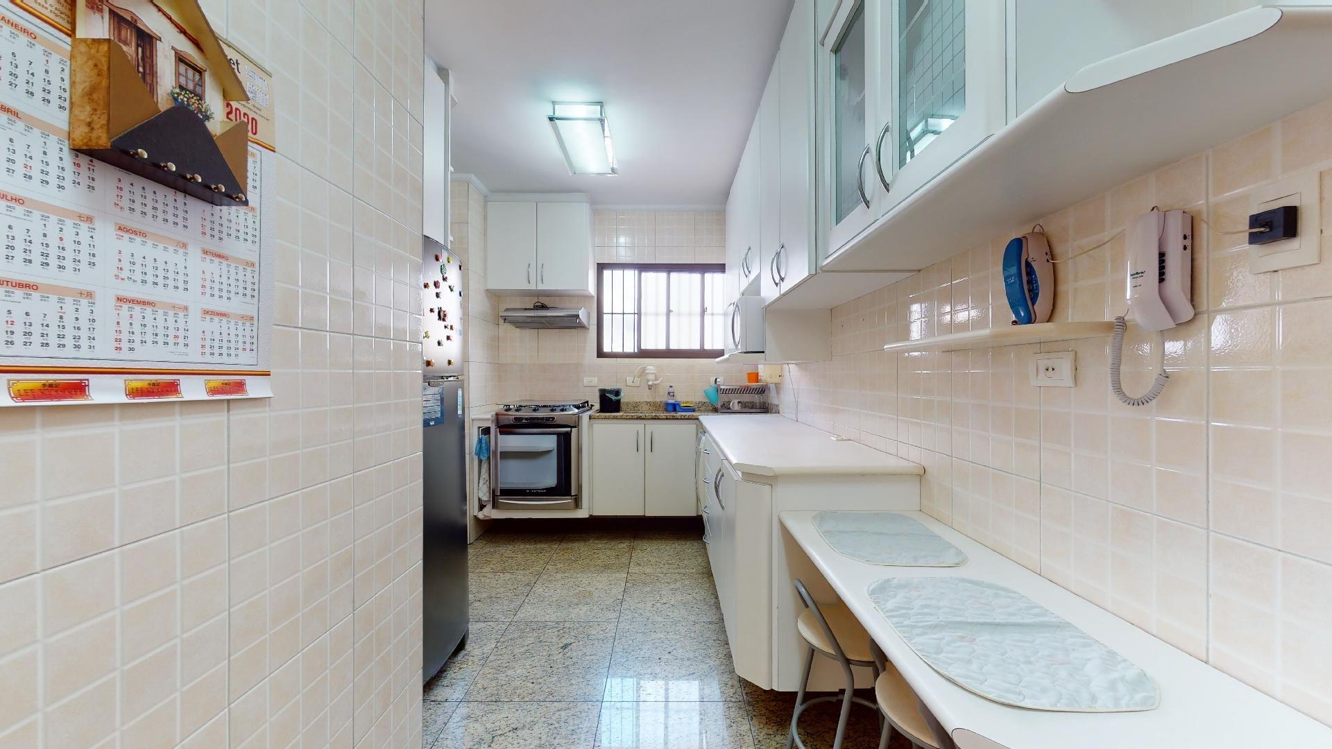 Foto de Cozinha com garrafa, forno, geladeira, cadeira