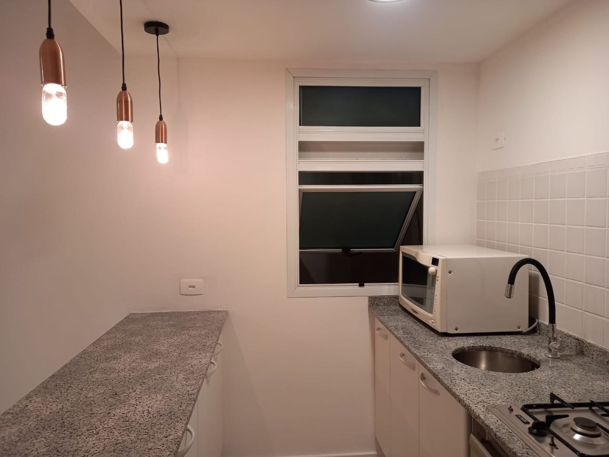 Foto de Sala com forno, pia, microondas
