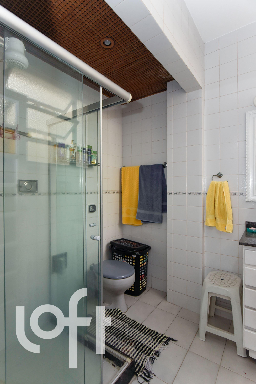 Foto de Banheiro com vaso sanitário, cadeira, garrafa