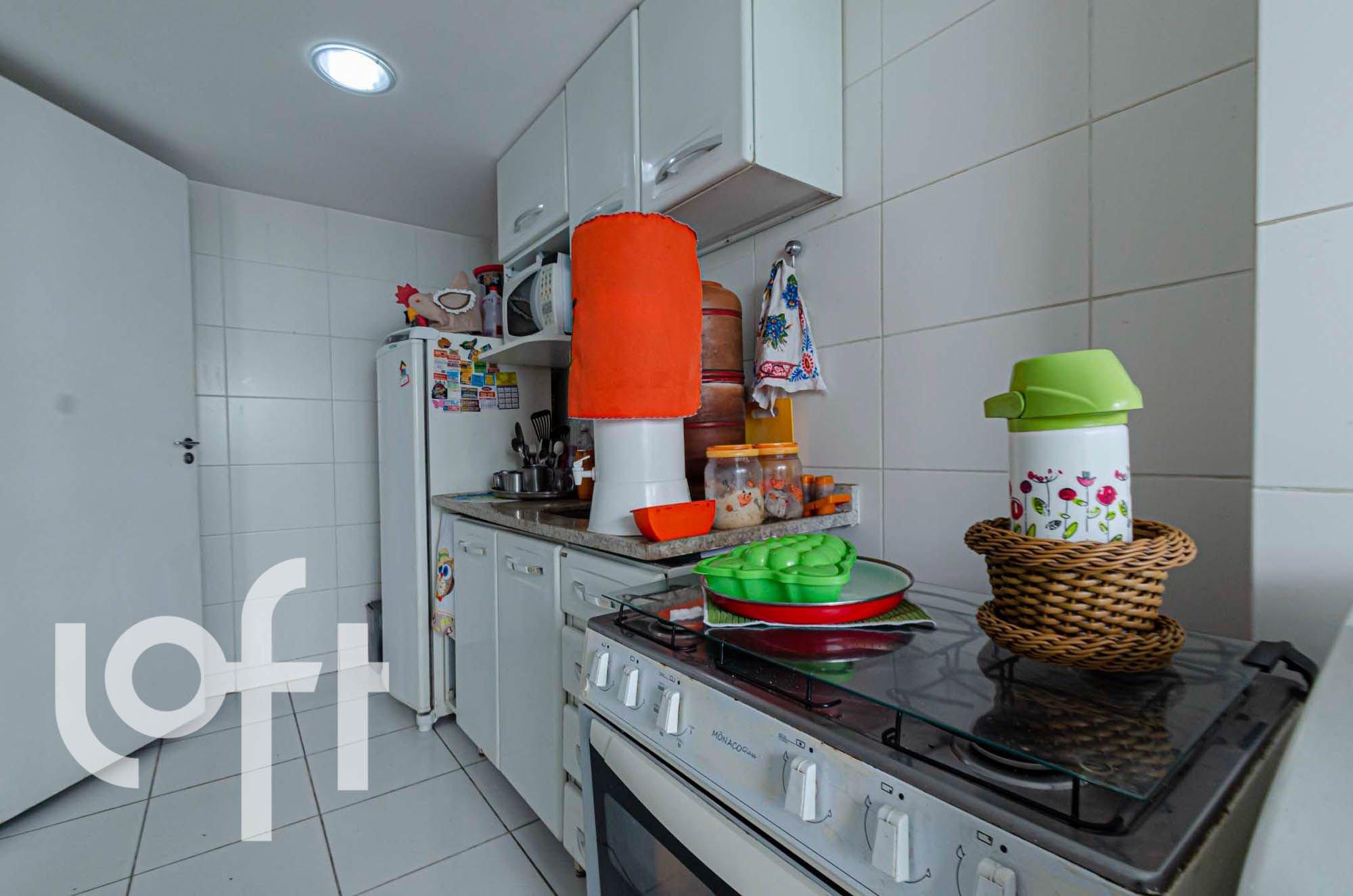 Foto de Cozinha com maçã, garrafa, tigela, geladeira