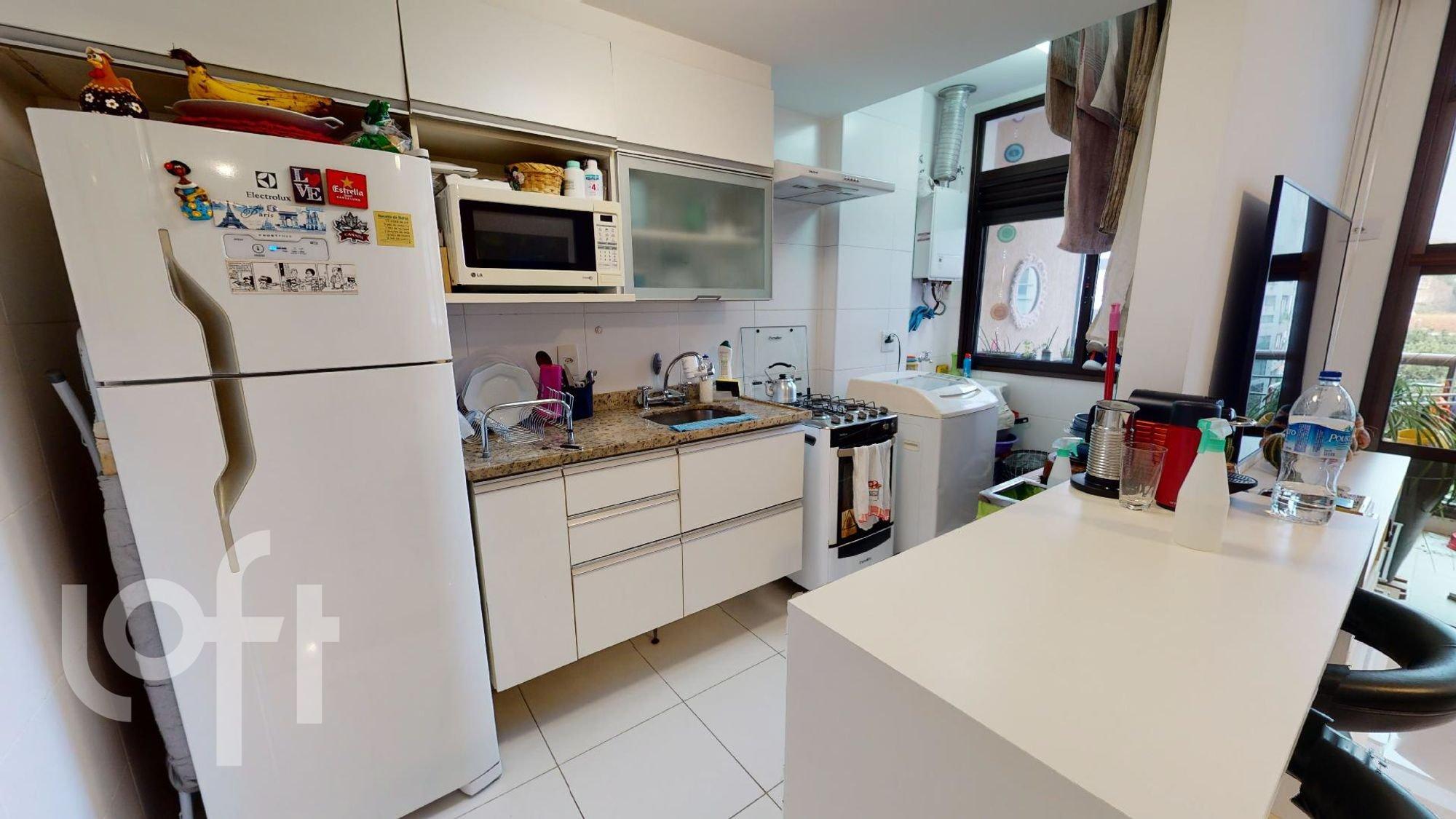 Foto de Cozinha com garrafa, forno, geladeira, pia, microondas, mesa de jantar