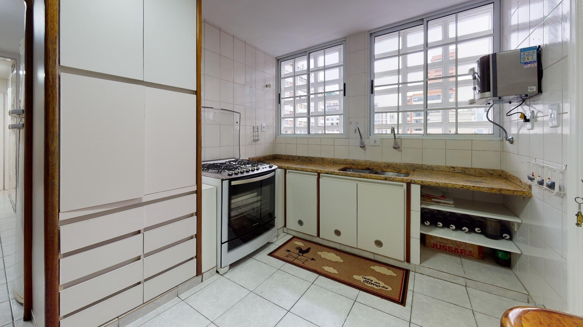 Foto de Cozinha com forno, televisão, pia