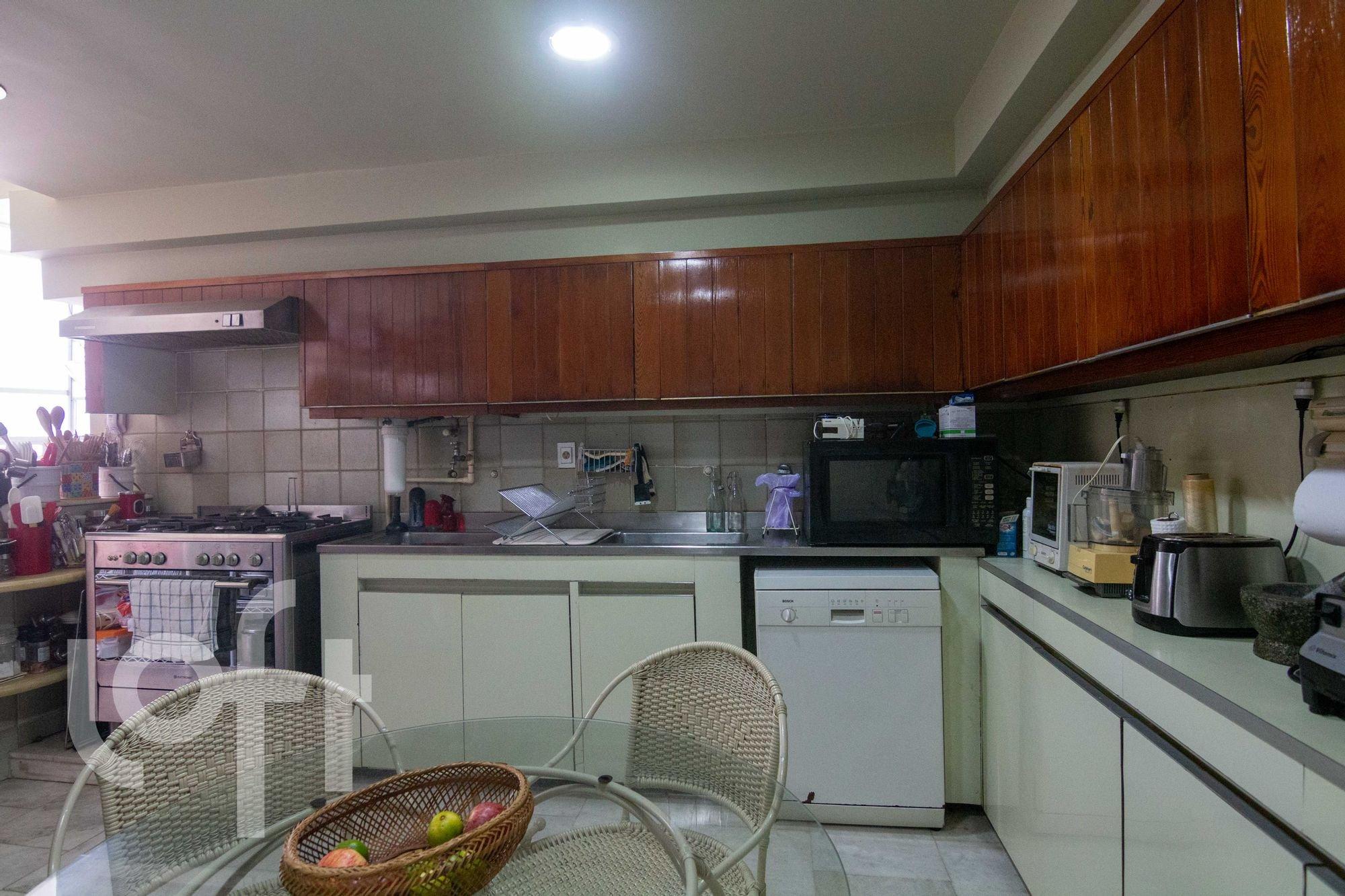 Foto de Cozinha com forno, cadeira, microondas