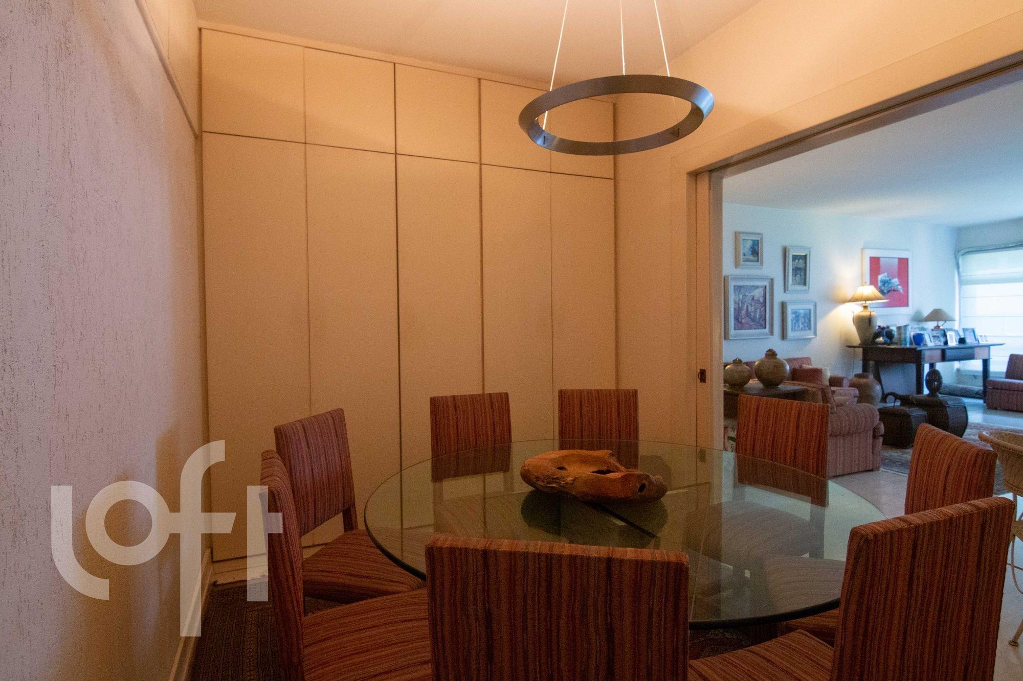 Foto de Sala com cadeira, mesa de jantar