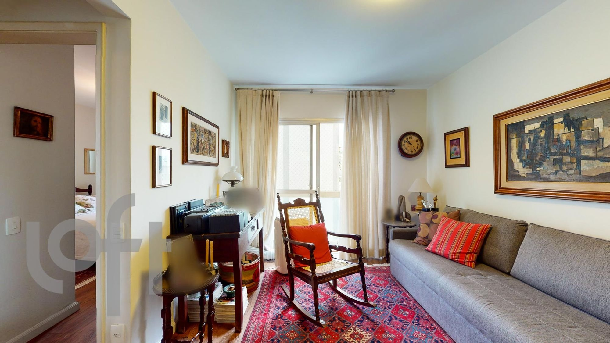 Foto de Sala com sofá, cadeira, relógio