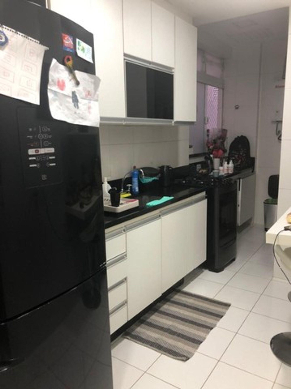 Foto de Cozinha com geladeira, garrafa, xícara