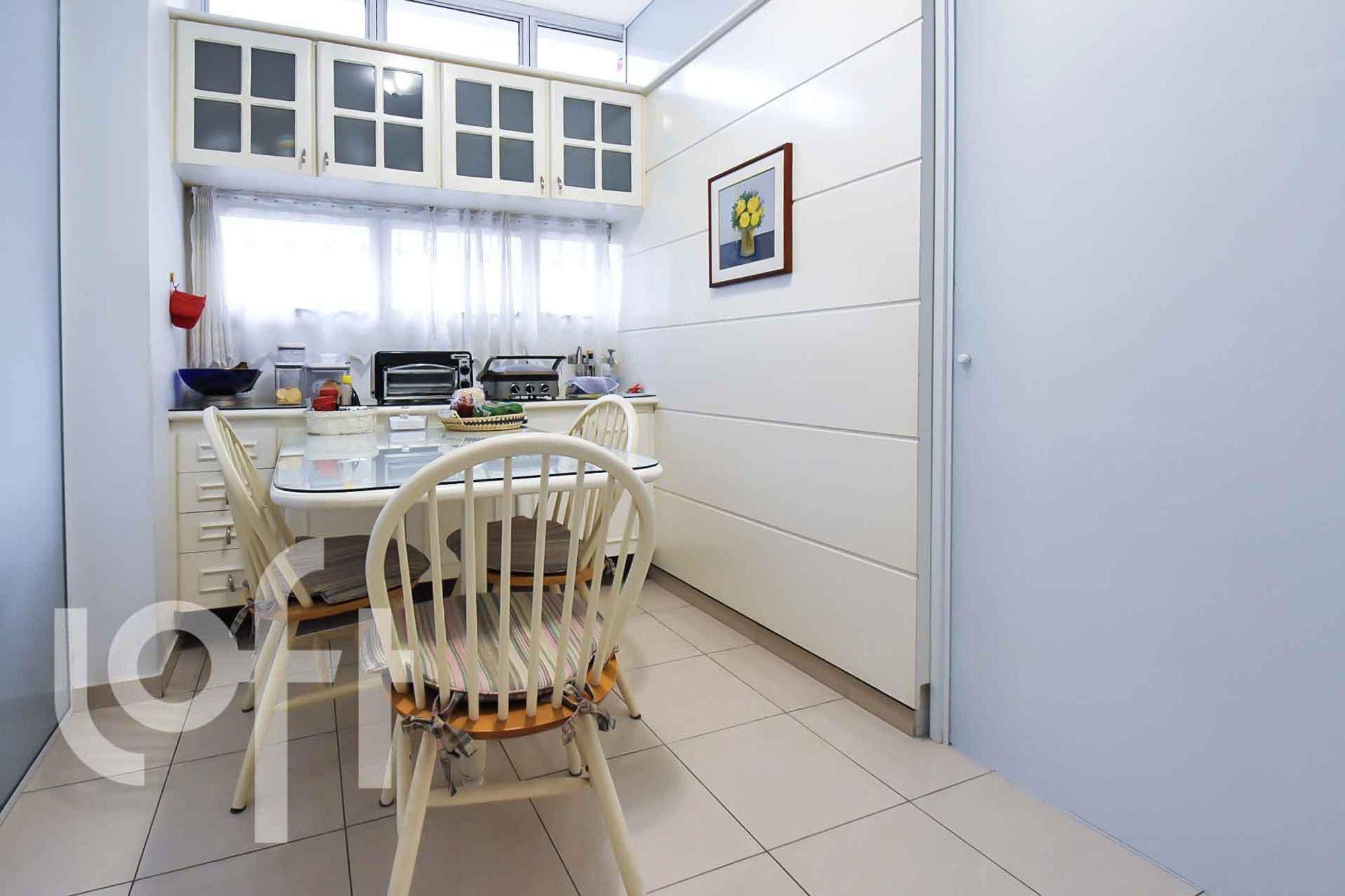 Foto de Cozinha com tigela, cadeira, garrafa