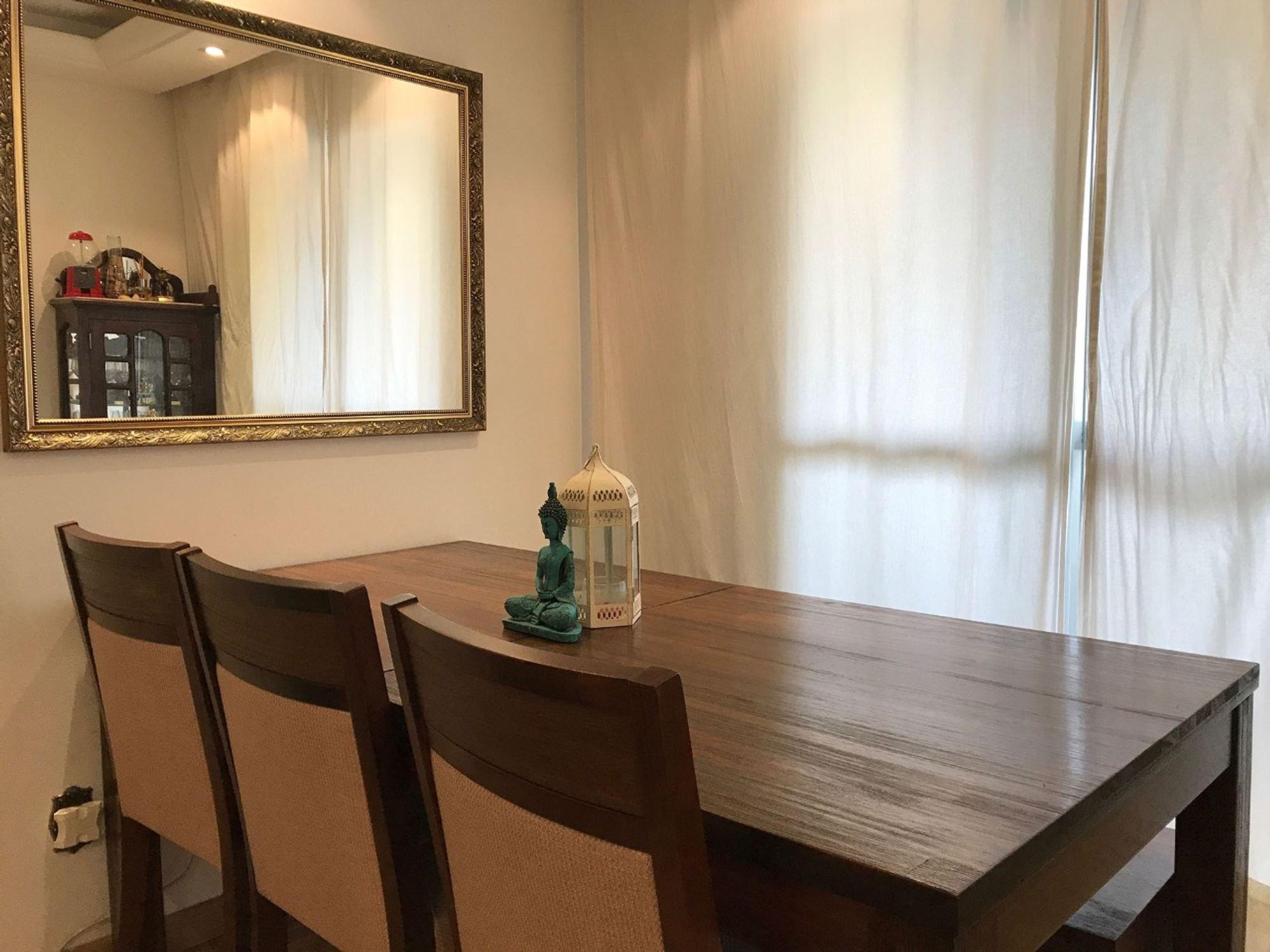 Foto de Sala com cadeira, garrafa, mesa de jantar