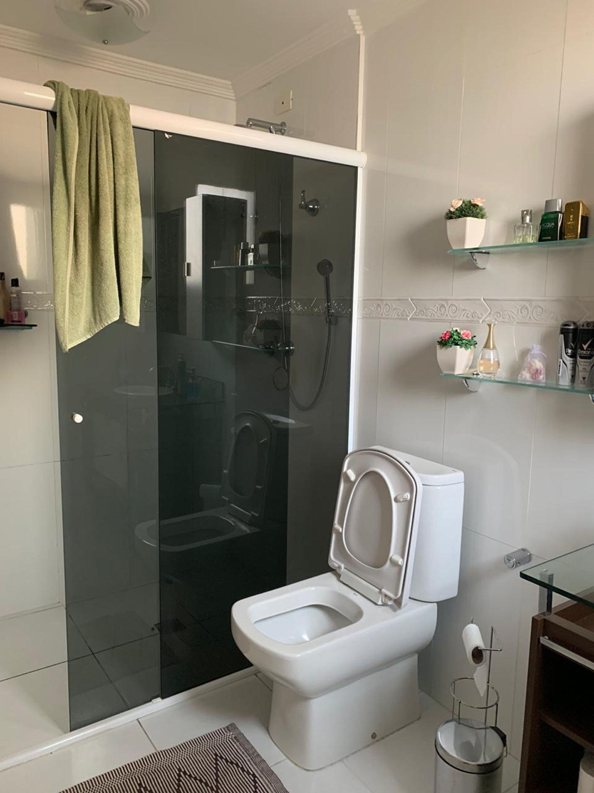 Foto de Banheiro com vaso de planta, vaso sanitário, vaso, garrafa