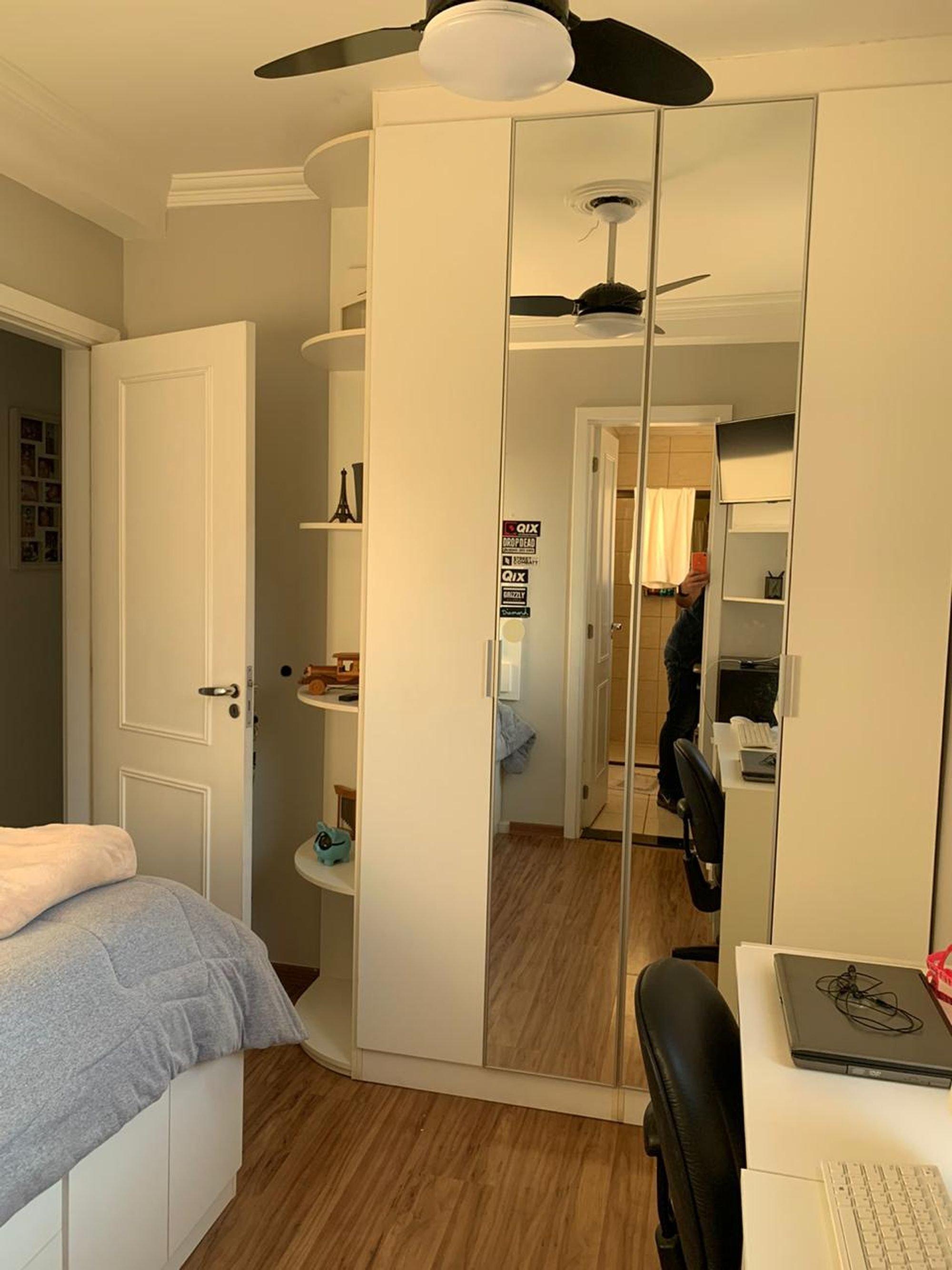 Foto de Quarto com cama, teclado, pessoa, cadeira
