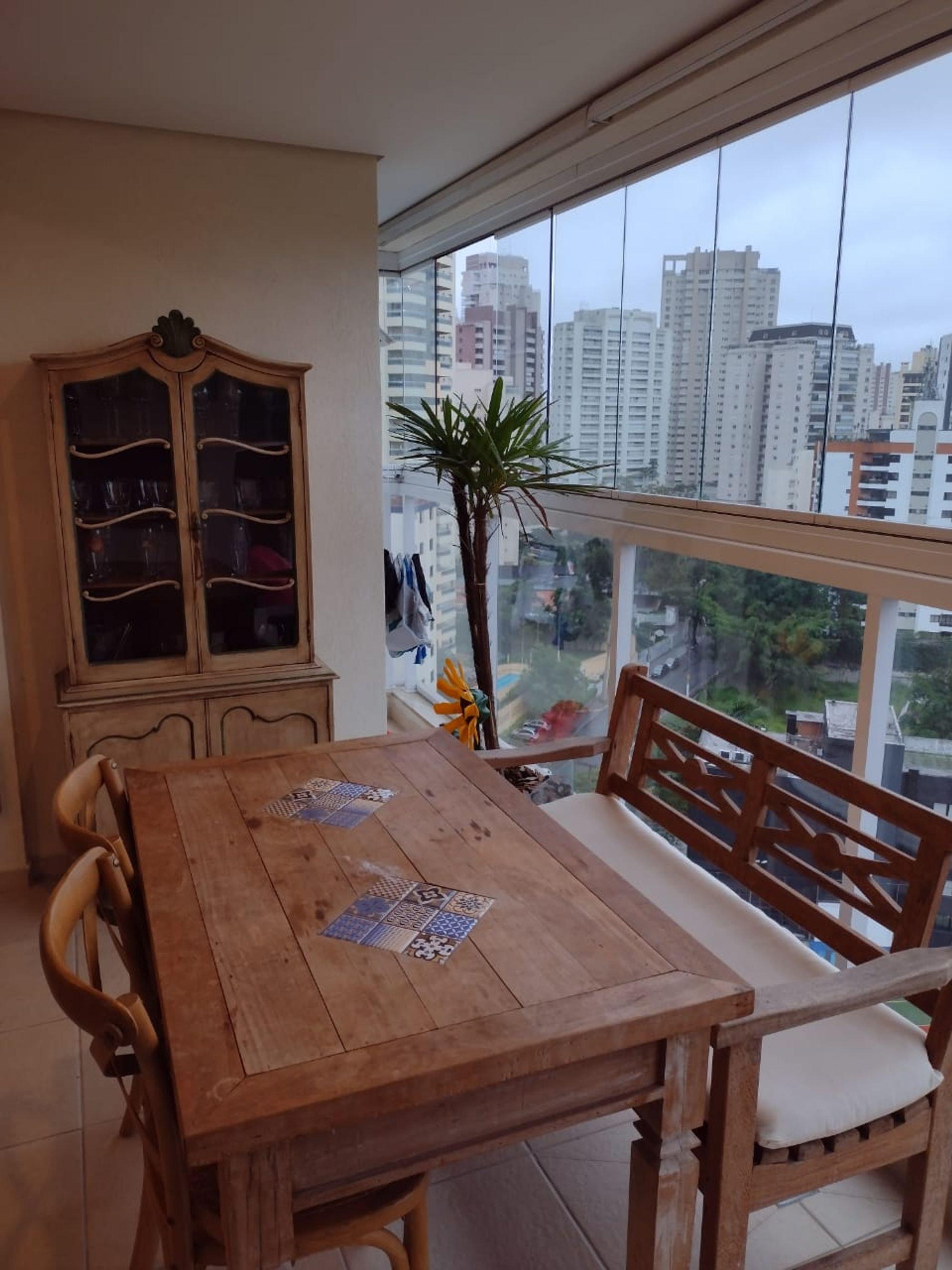 Foto de Sala com banco, cadeira, mesa de jantar
