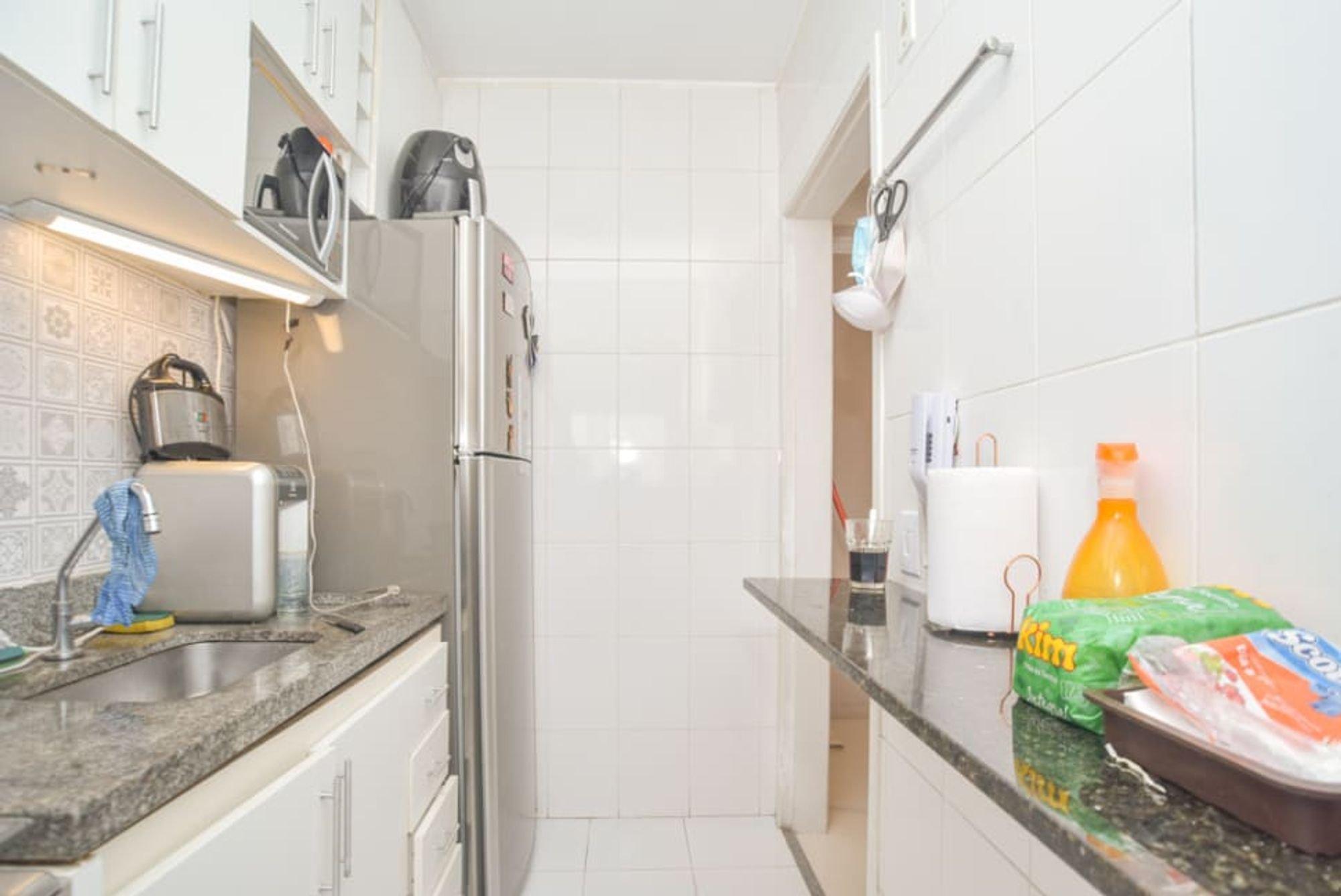 Foto de Cozinha com escova de dente, garrafa, geladeira, pia
