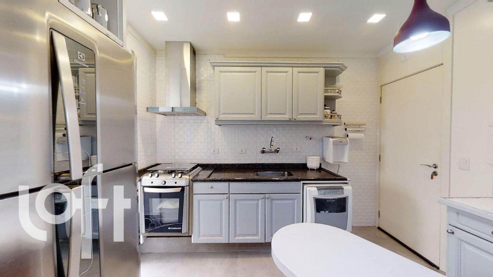 Foto de Cozinha com forno, geladeira, cadeira, pia