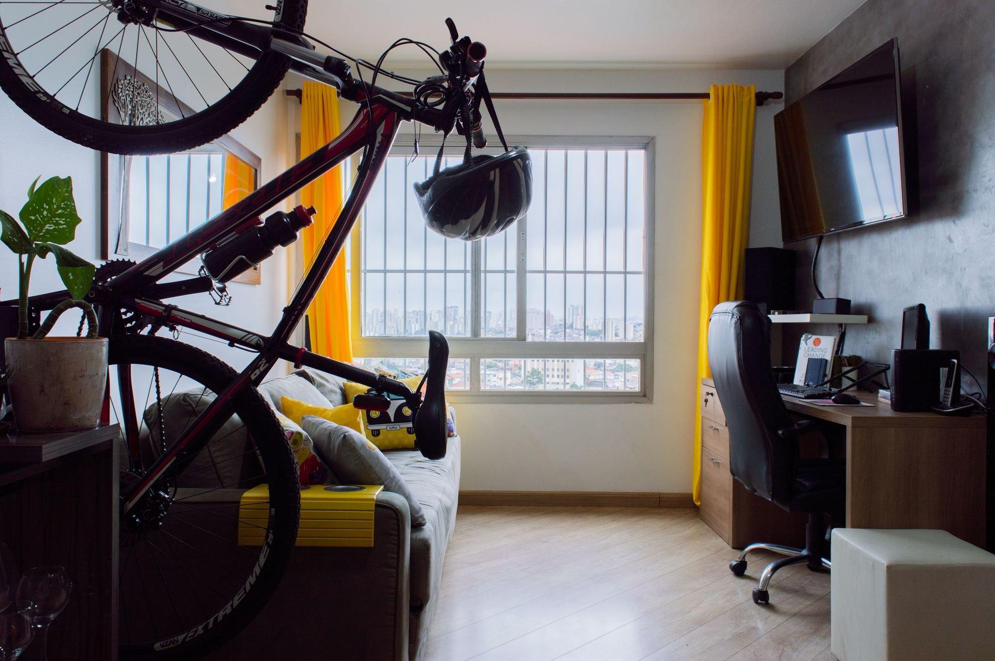 Foto de Sala com bicicleta, cadeira
