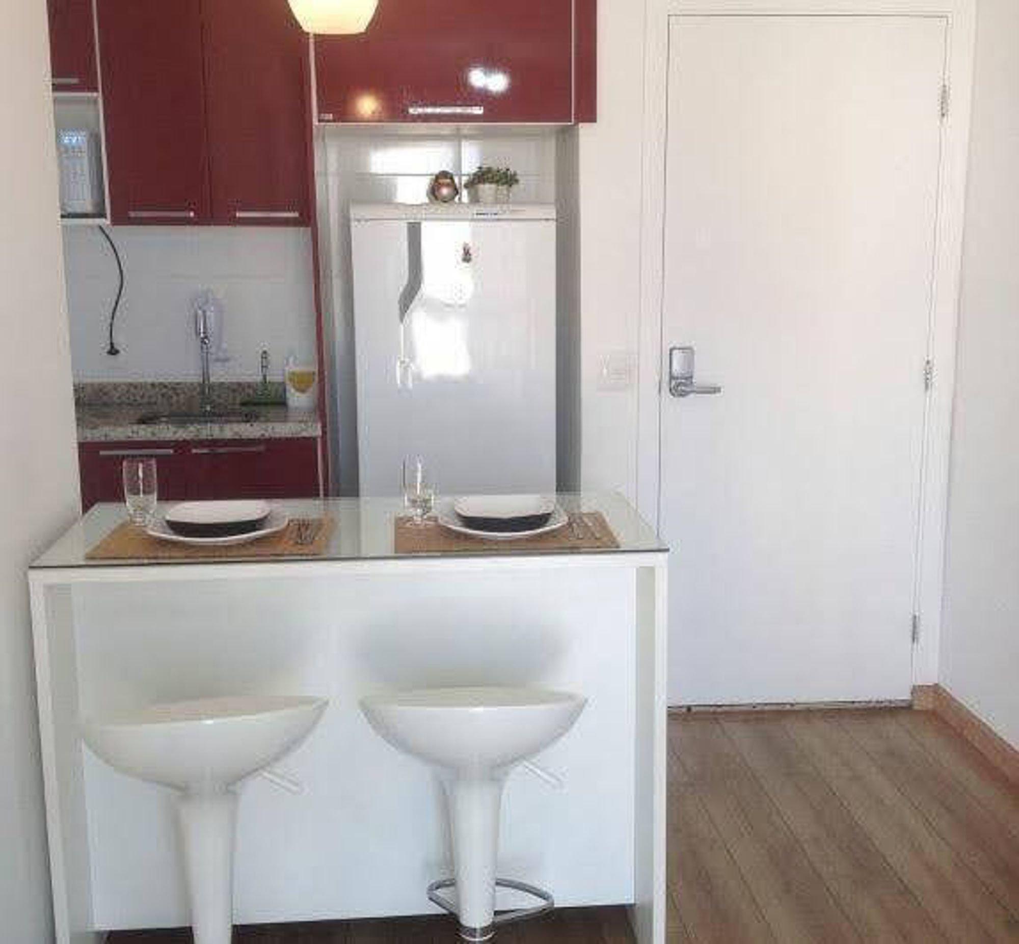 Foto de Banheiro com cadeira, xícara