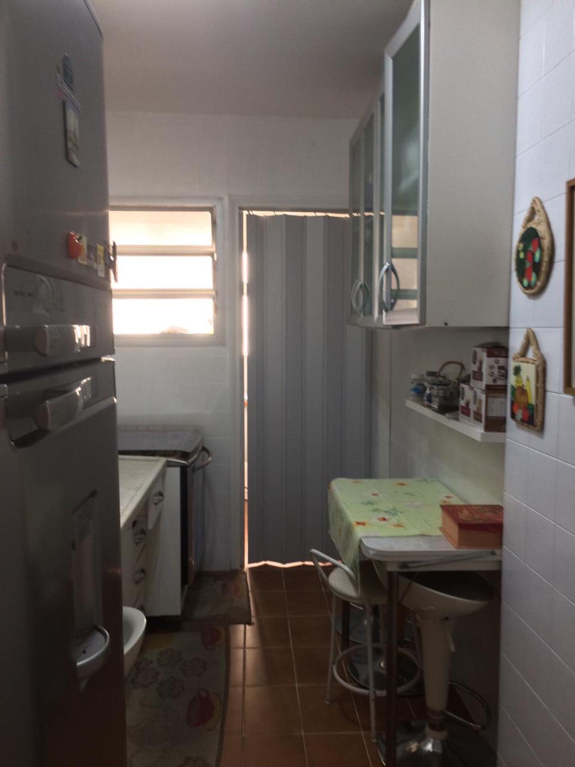 Foto de Cozinha com vaso sanitário, cadeira