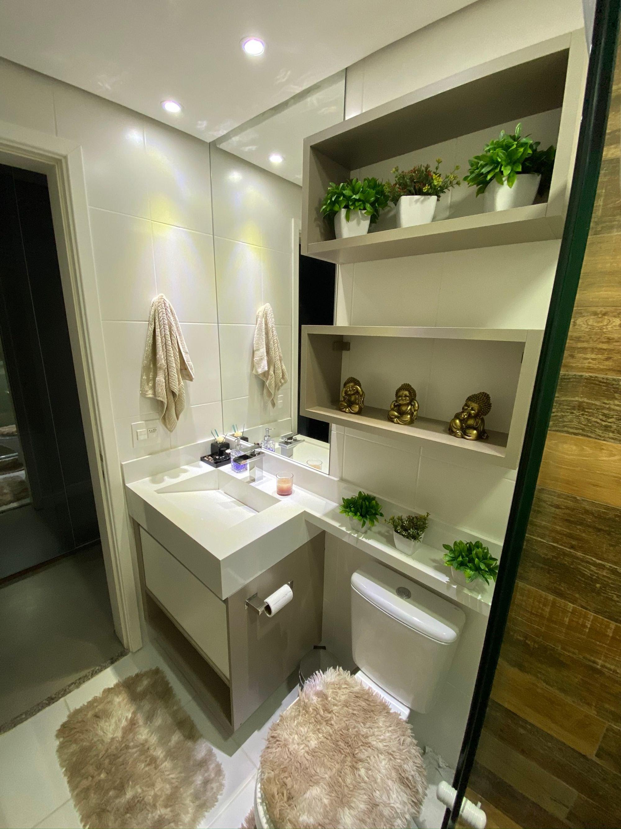 Foto de Banheiro com vaso de planta, vaso sanitário, pia