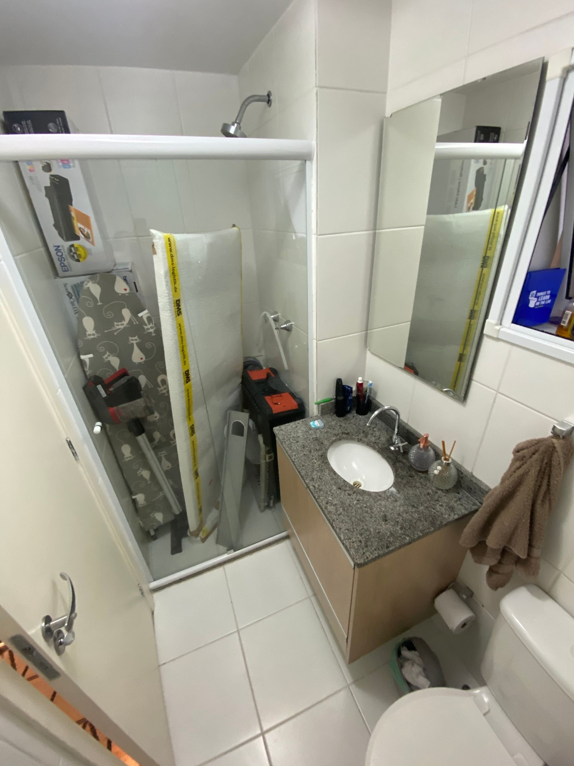 Foto de Banheiro com escova de dente, vaso sanitário, pia