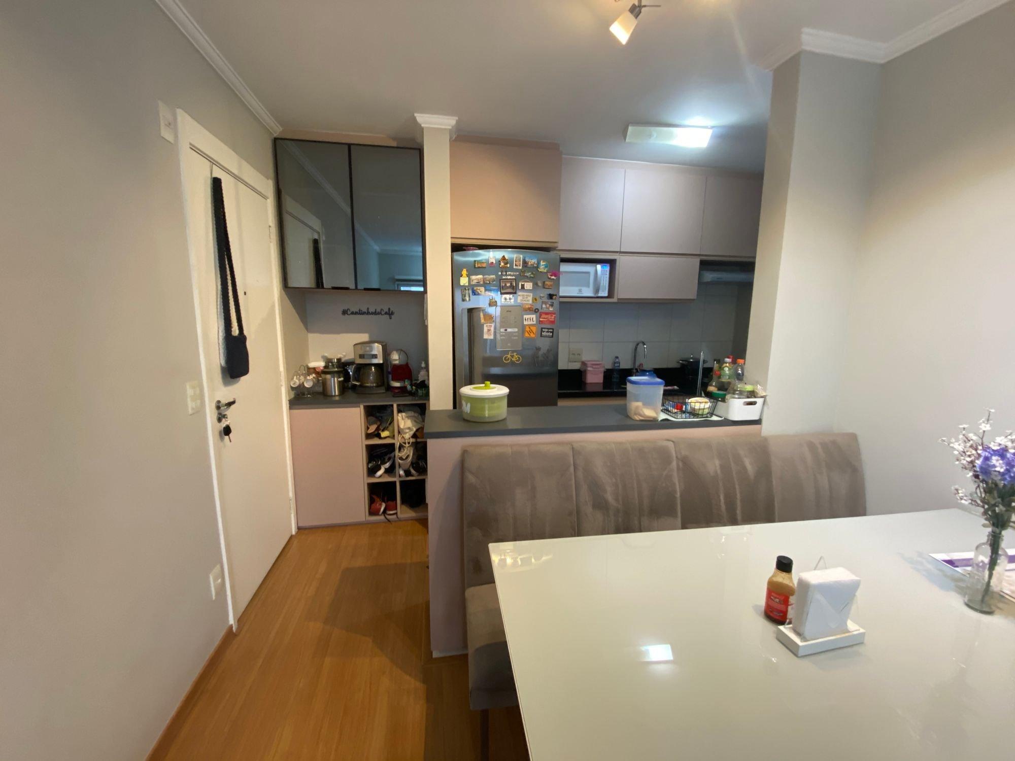 Foto de Cozinha com vaso, geladeira, microondas, mesa de jantar