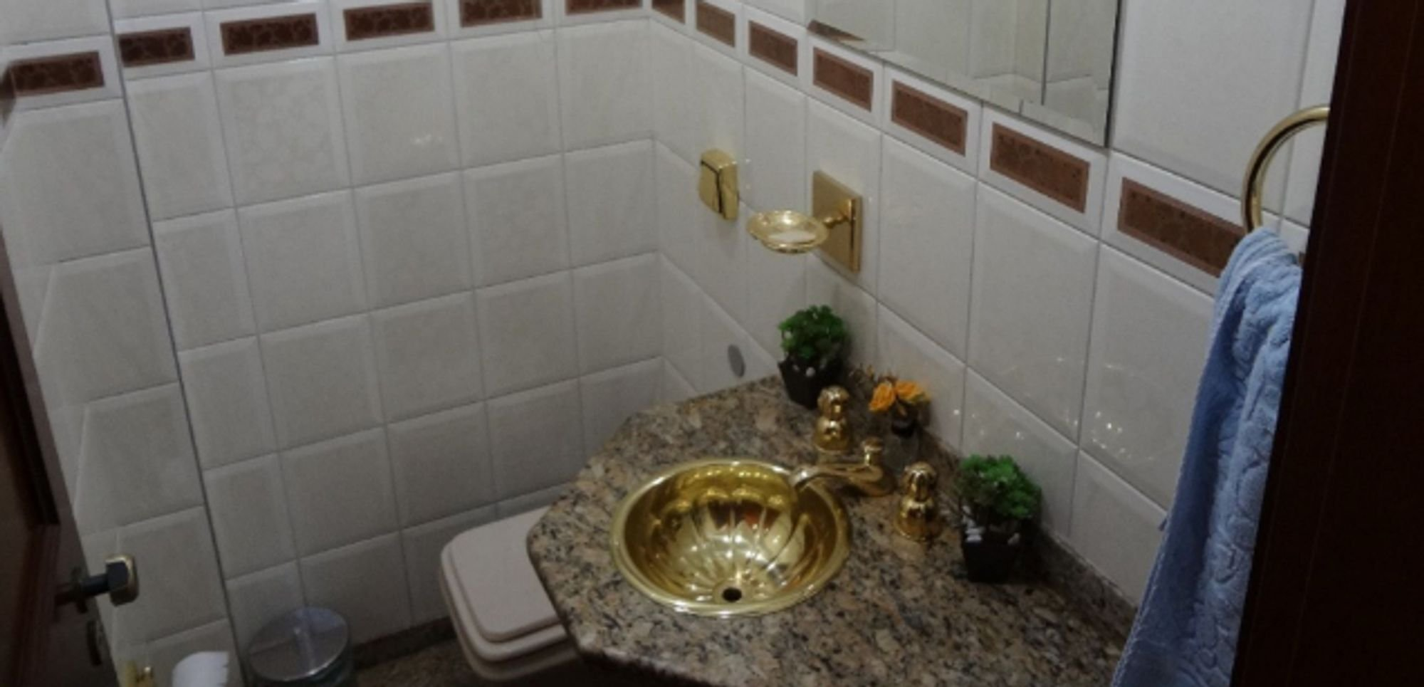 Foto de Banheiro com vaso de planta, tigela