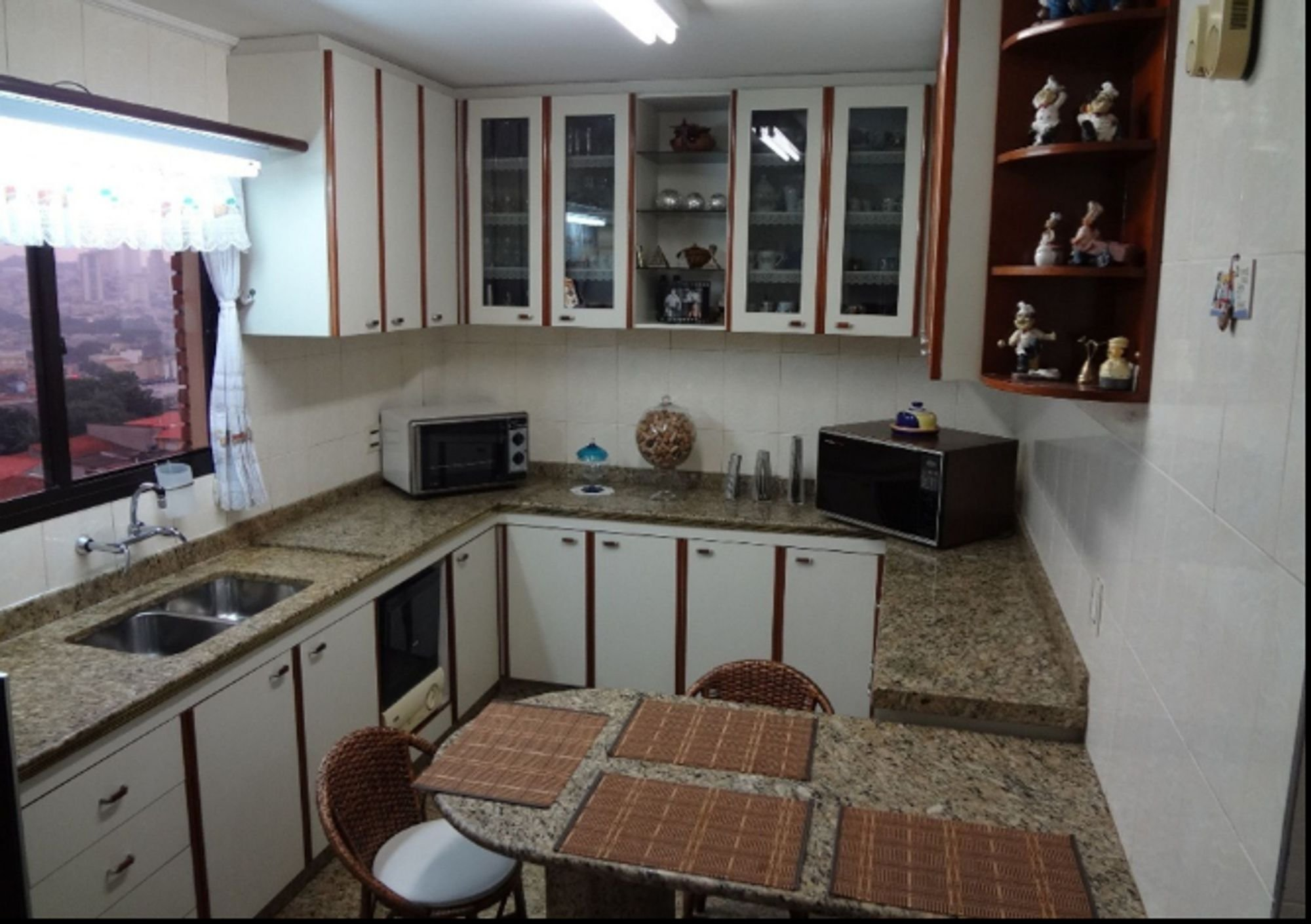Foto de Cozinha com garrafa, pia, cadeira, microondas, mesa de jantar